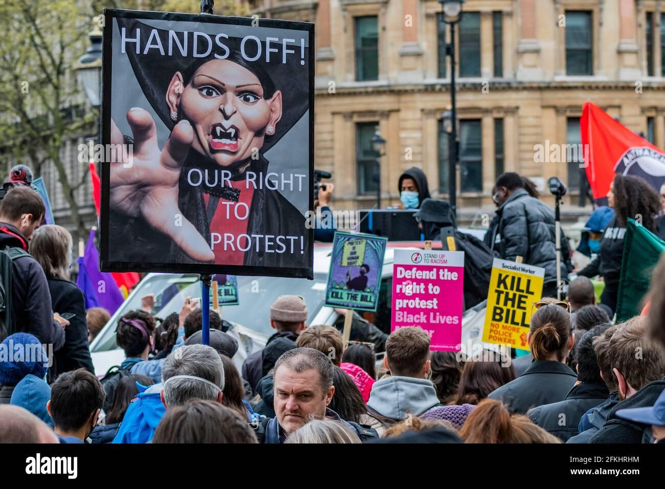 Londres, Reino Unido. 1st de mayo de 2021. Deja fuera nuestro derecho a protestar con una imagen de escupir Priti Patel vampiro - Matar el proyecto de ley Protesta por personas enojadas con la nueva legislación llamada la Ley de Policía, Crimen, Sentencias y Tribunales, que daría a la policía más poderes para imponer restricciones a las protestas. La protesta fue apoyada por varios grupos, entre ellos Sisters Uncut, Extinction Rebellion y Black Lives Matter. Crédito: Guy Bell/Alamy Live News Foto de stock