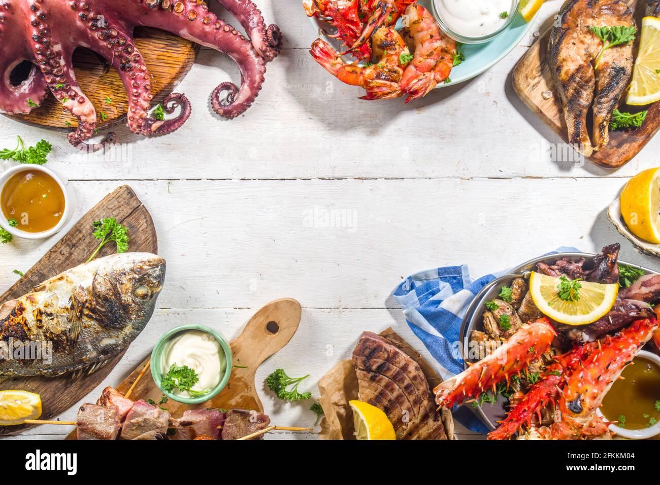 Surtido VARIOS COMIDA A LA BARBACOA MEDITERRÁNEA - PESCADO, pulpo, camarón, cangrejo, mariscos, mejillones, dieta de verano fiesta barbacoa, con kebab, salsas, Foto de stock