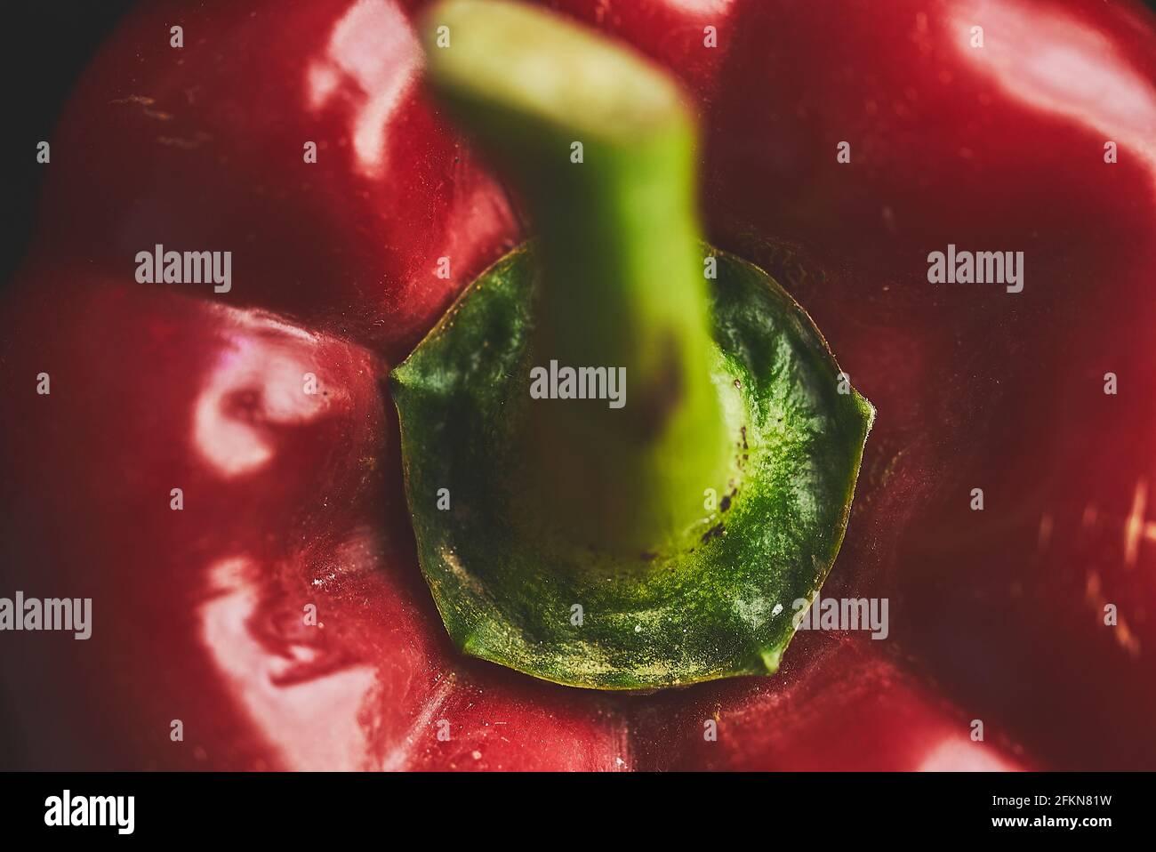 Macro primer plano de un pimiento rojo fresco fondo oscuro Foto de stock