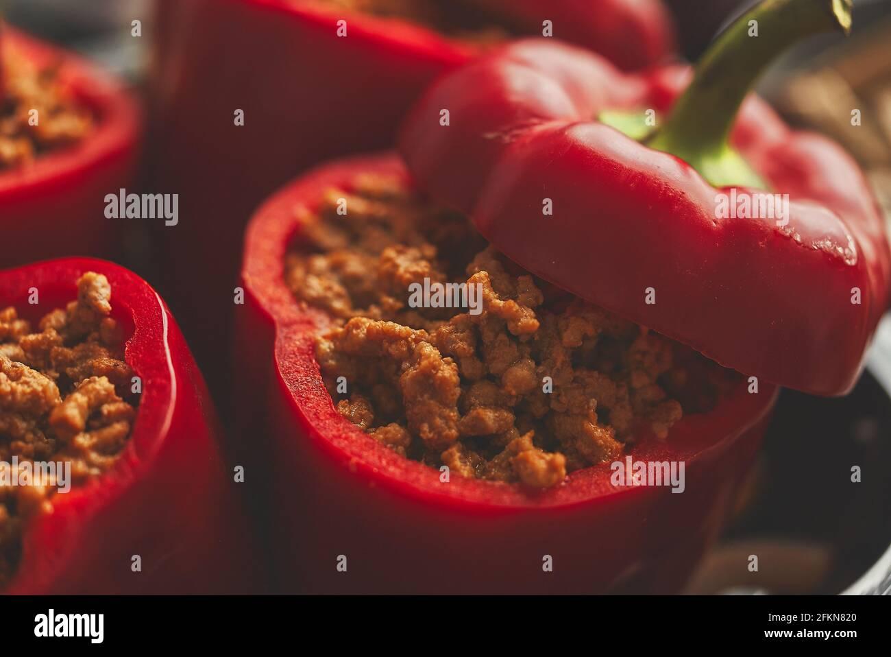 Pimientos rojos dulces rellenos de carne y tomate en una bandeja de fritura vintage Vista superior Foto de stock