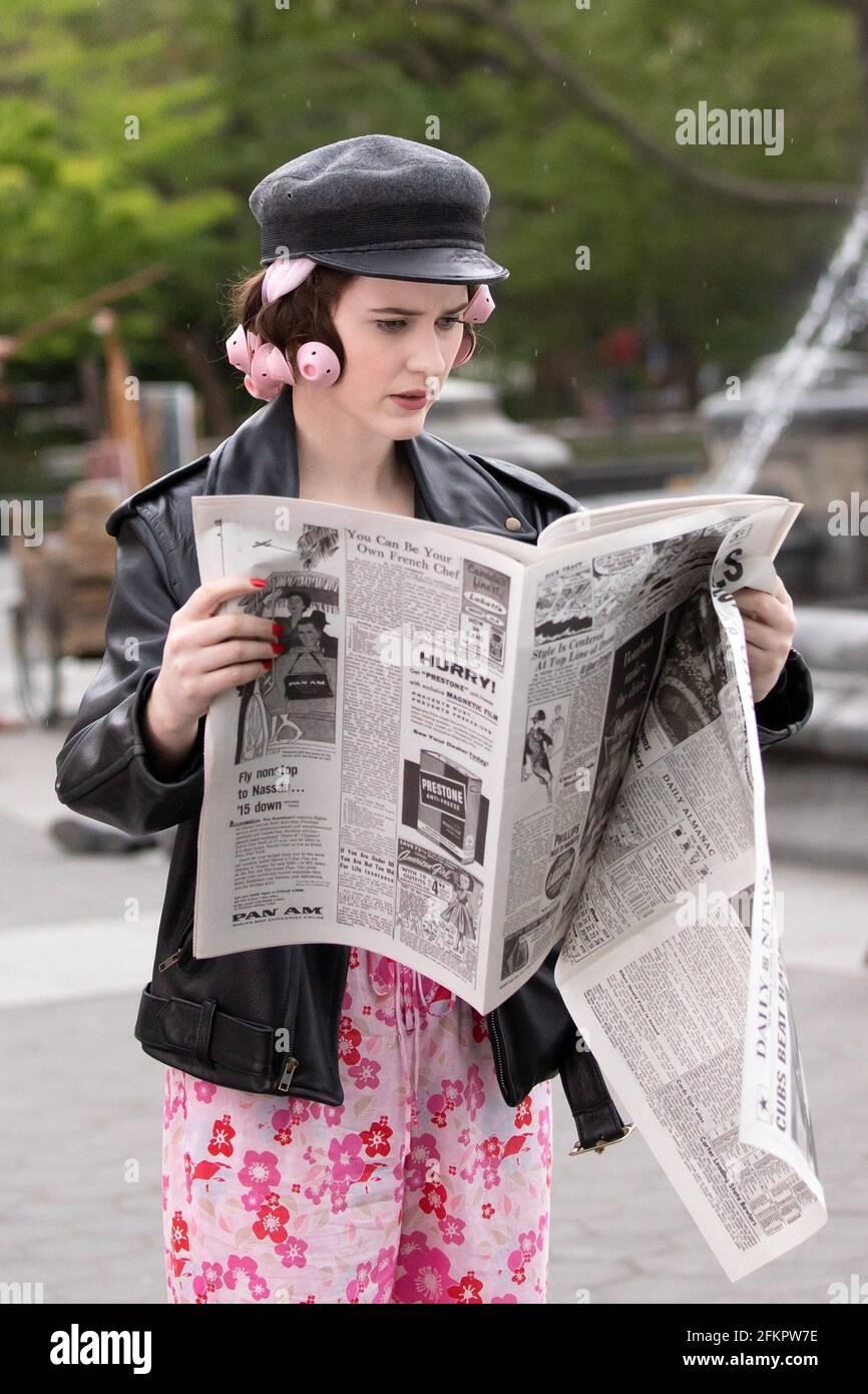 Nueva York, NY, EE.UU. 29th de Abr de 2021. Rachel Brosnahan por LA MARAVILLOSA SEÑORA. MAISEL Shooting on Location, Washington Square Park, Nueva York, NY 29 de abril de 2021. Crédito: RCF/Everett Collection/Alamy Live News Foto de stock