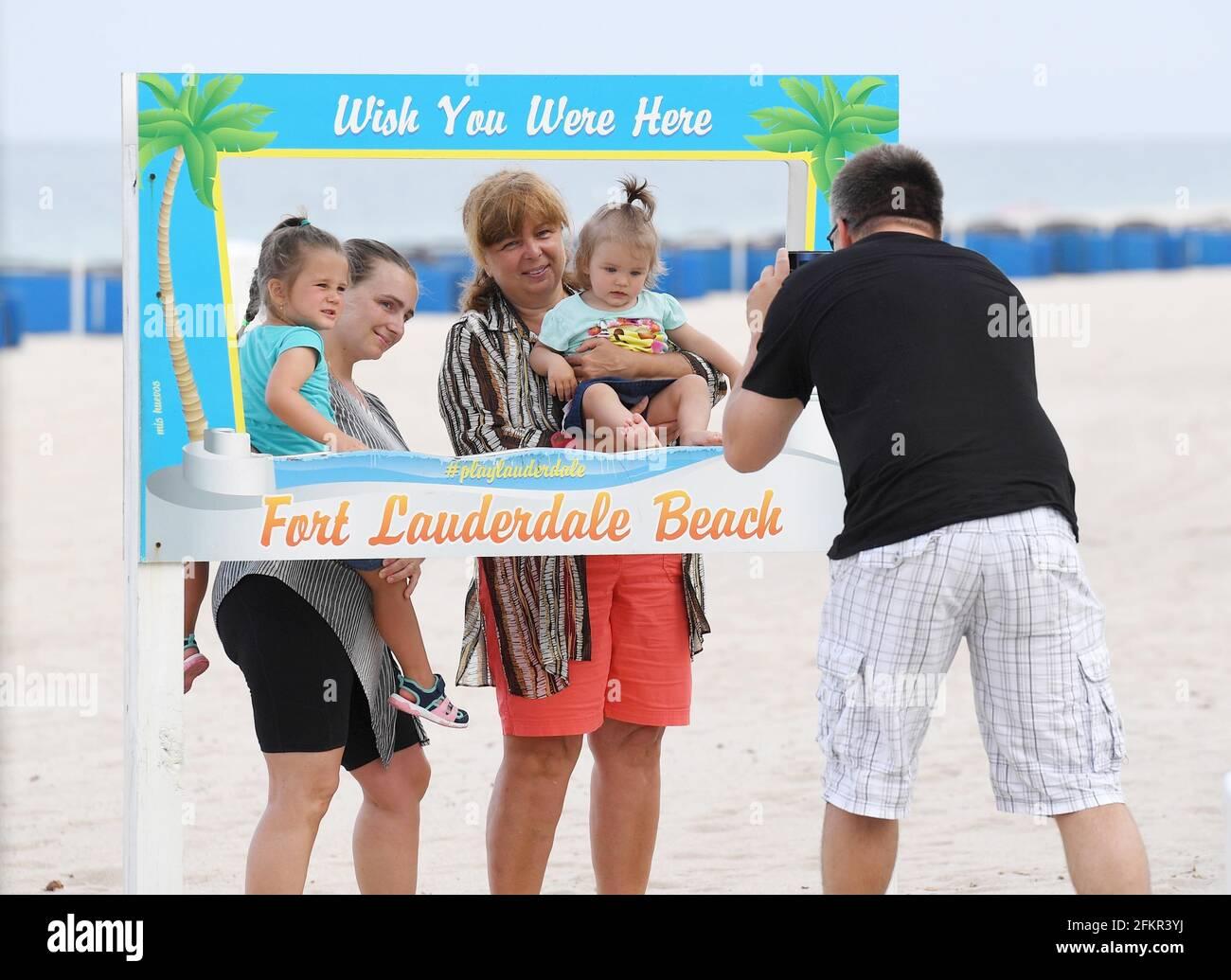 , Fort Lauderdale, FL - 20200527 personas divirtiéndose mientras las playas vuelven a abrir durante el plan de la fase 2 del condado de Broward Todas las playas en las ciudades del condado de Broward están siguiendo la reapertura. Sin embargo, el Condado de Broward ha dado una pauta estándar mínima. El administrador del condado dijo que los municipios pueden establecer medidas más estrictas dentro de su jurisdicción, en la medida permitida por la ley. Los residentes deben verificar con su municipio para asegurarse de que están al tanto de los requisitos locales. -FOTO: Playas de Fort Lauderdale -FOTO: INSTARimages.com Esta es una imagen editorial, con derechos de autor. Por favor, CO Foto de stock