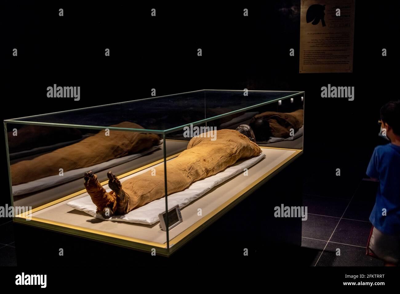 Niños mirando a la momia del rey Thutmosis II (murió 1479 a. C.), Museo Nacional de la Civilización Egipcia Foto de stock