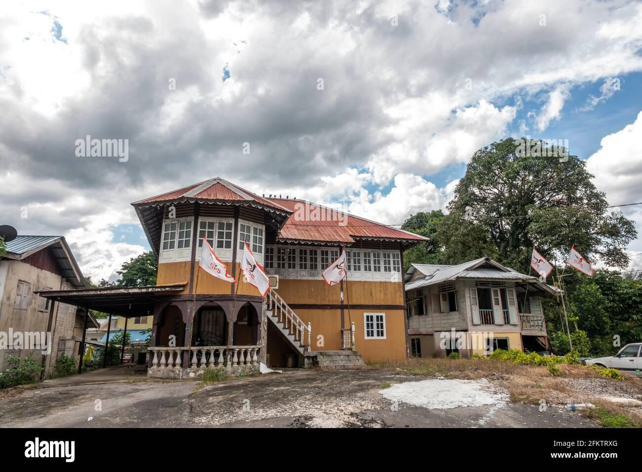 Antigua casa de bungalows de madera en Buso, Bau, Sarawak, Malasia Oriental Foto de stock