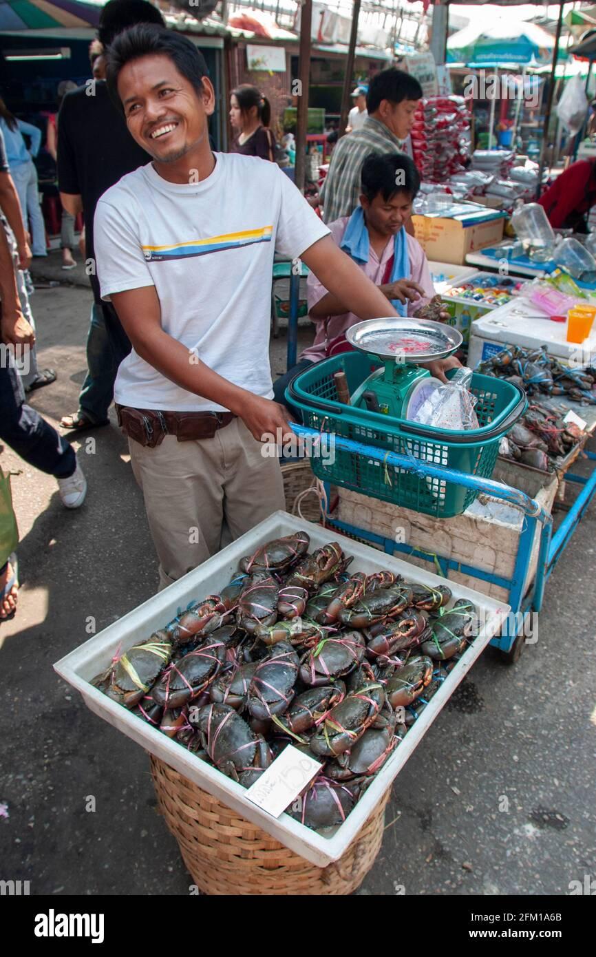 Insectos a la venta en un puesto en el mercado de animales en Bangkok, Tailandia Foto de stock