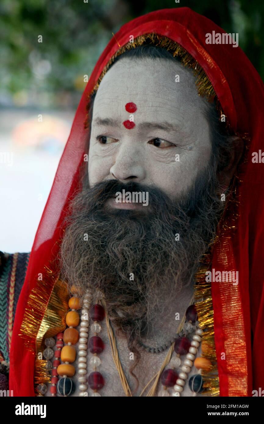 India, Uttarakhand, Haridwar, Kumbh Mela. Un Sadhu un asceta o practicante del yoga (yogui) que ha dado para arriba la búsqueda de los tres primeros objetivos hindúes de Foto de stock