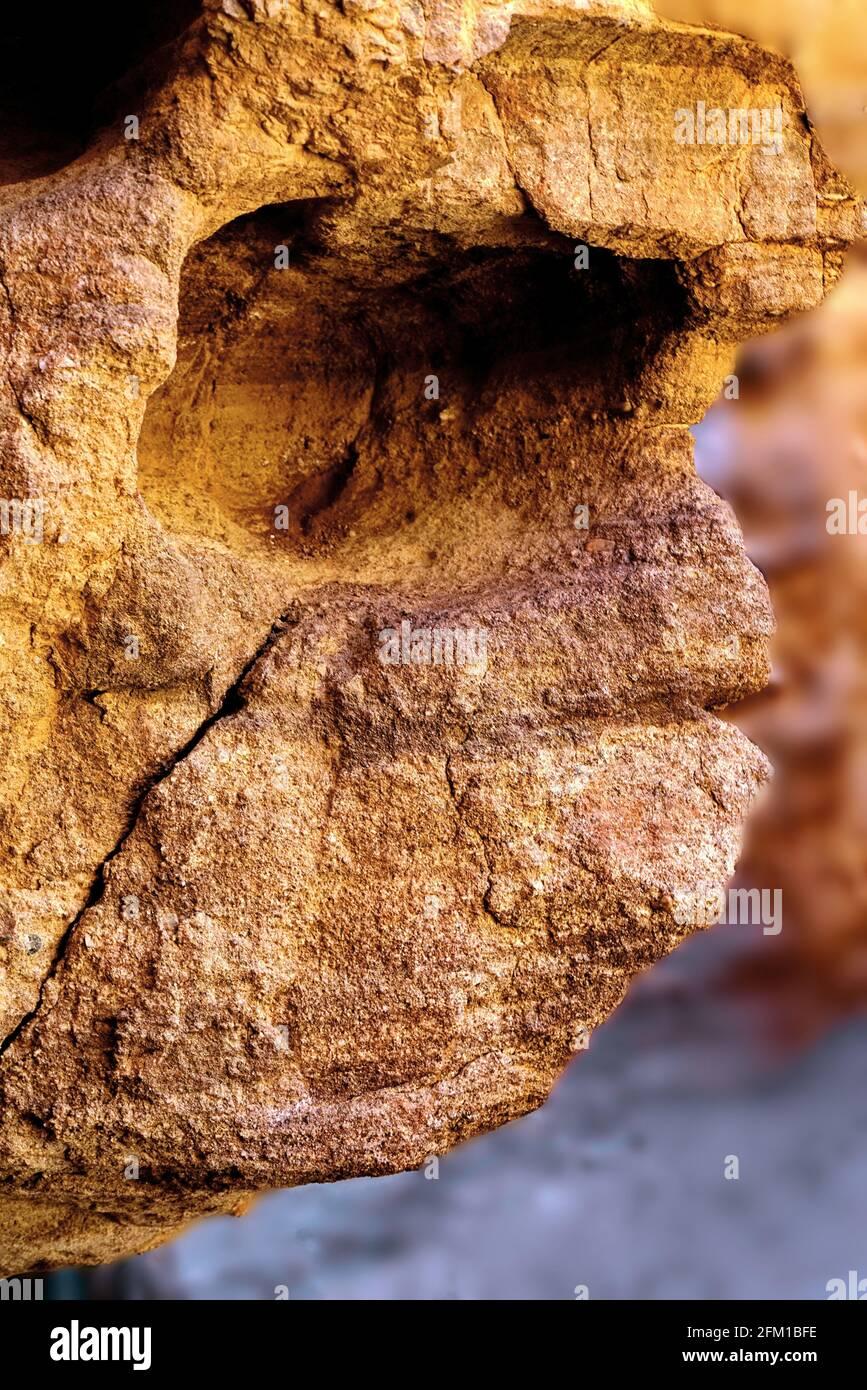 El rostro humano se puede ver en la roca erosionada Pareidolia es la tendencia a la percepción incorrecta de un estímulo como un objeto, patrón o significado conocido a th Foto de stock