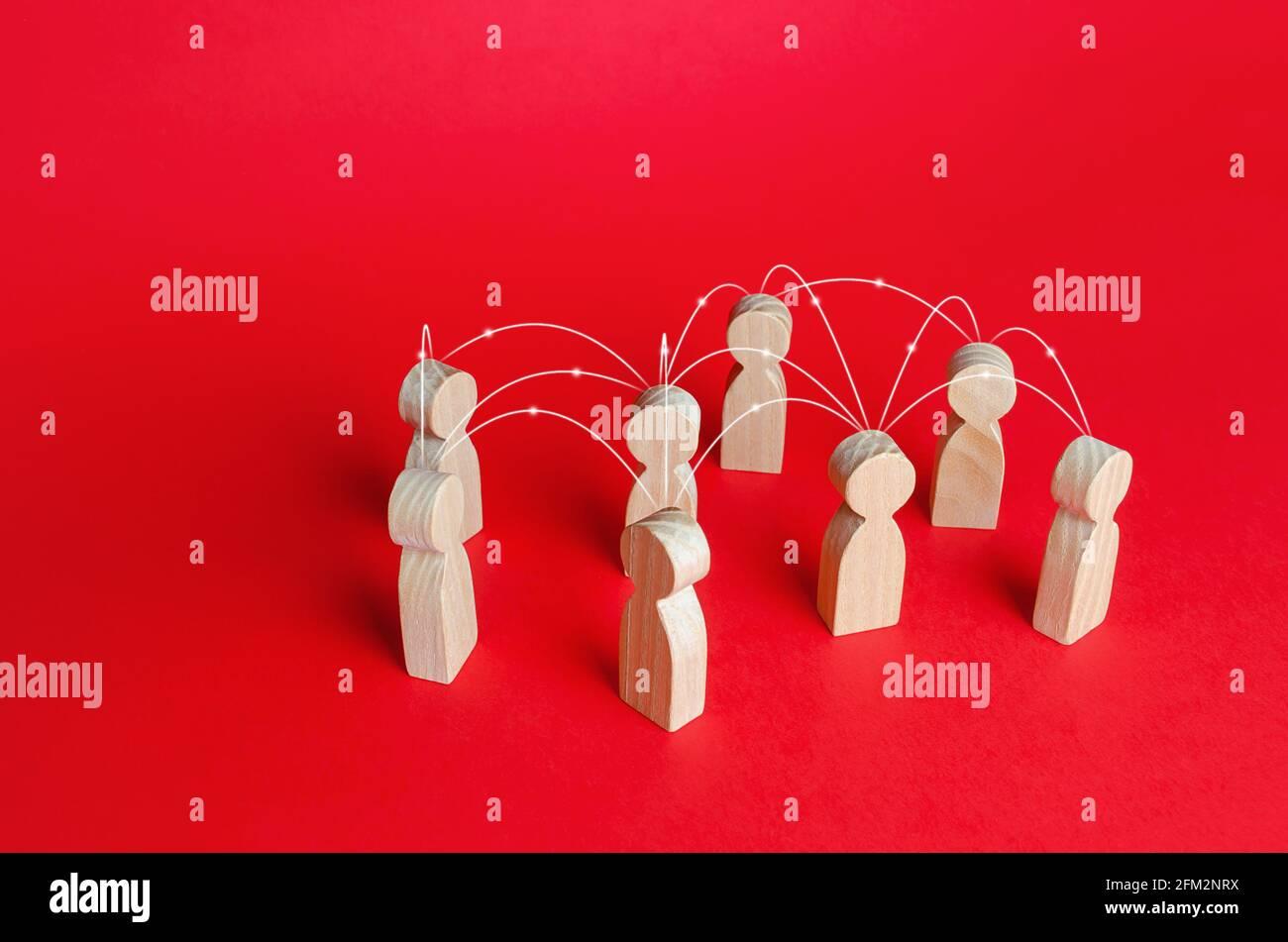 Grupo de personas conectadas por líneas. Red interconectada de relaciones de equipo. Comunicación, intercambio de información. Cooperación y colaboración. Foto de stock