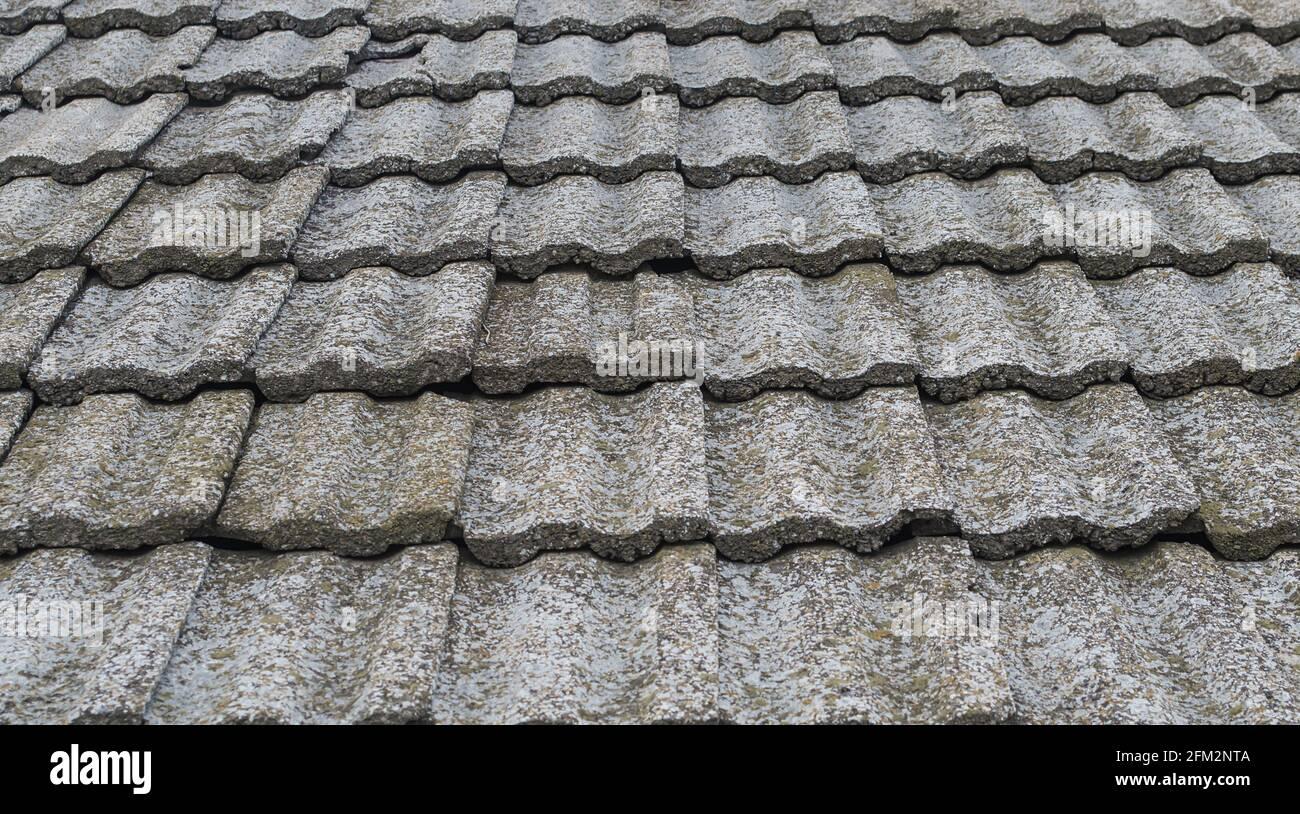 Textura de tejas de piedra vieja. Cubierta del techo obsoleta. Foto de stock