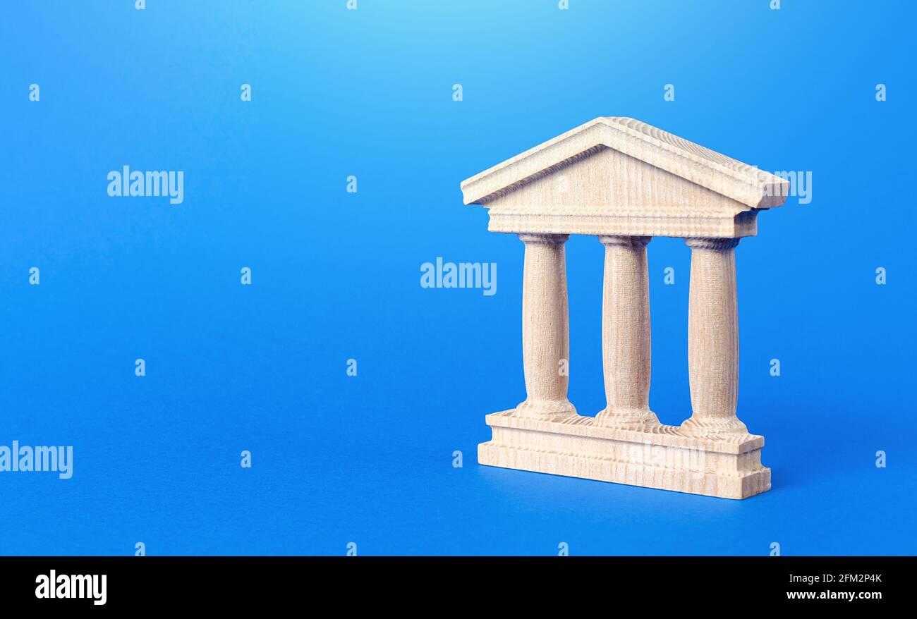 Edificio con columnas de estilo antiguo. Banca, educación, gobierno. Concepto de administración municipal, banco, universidad, tribunal o biblioteca. R Foto de stock