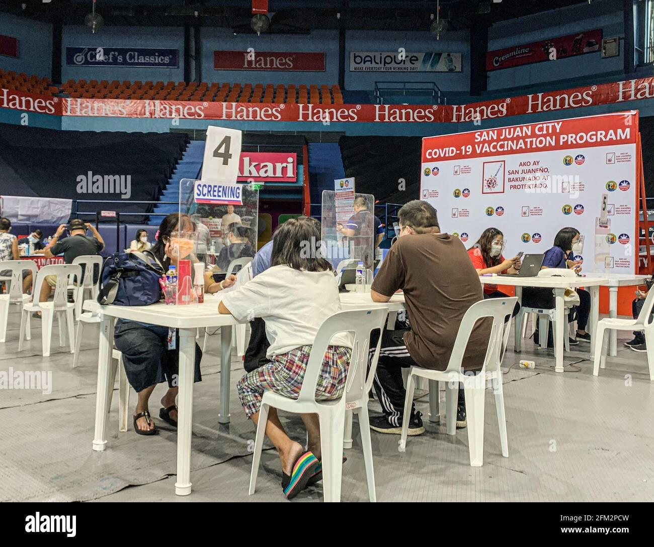 Segunda dosis de la vacuna COVID-19 para la categoría A3 (ciudadano mayor y persona con comorbilidad) aquí en el estadio FilOil Flying V, en la ciudad de San Juan. Filipinas alcanzó su marca de 1 millones de casos de covid el pasado 26 de abril, mientras que sólo alrededor del 0,99 por ciento de la población estimada de 110 millones de habitantes del país tiene al menos una inyección de la vacuna y sólo el 0,15 por ciento que ha recibido dos dosis. Filipinas. Foto de stock