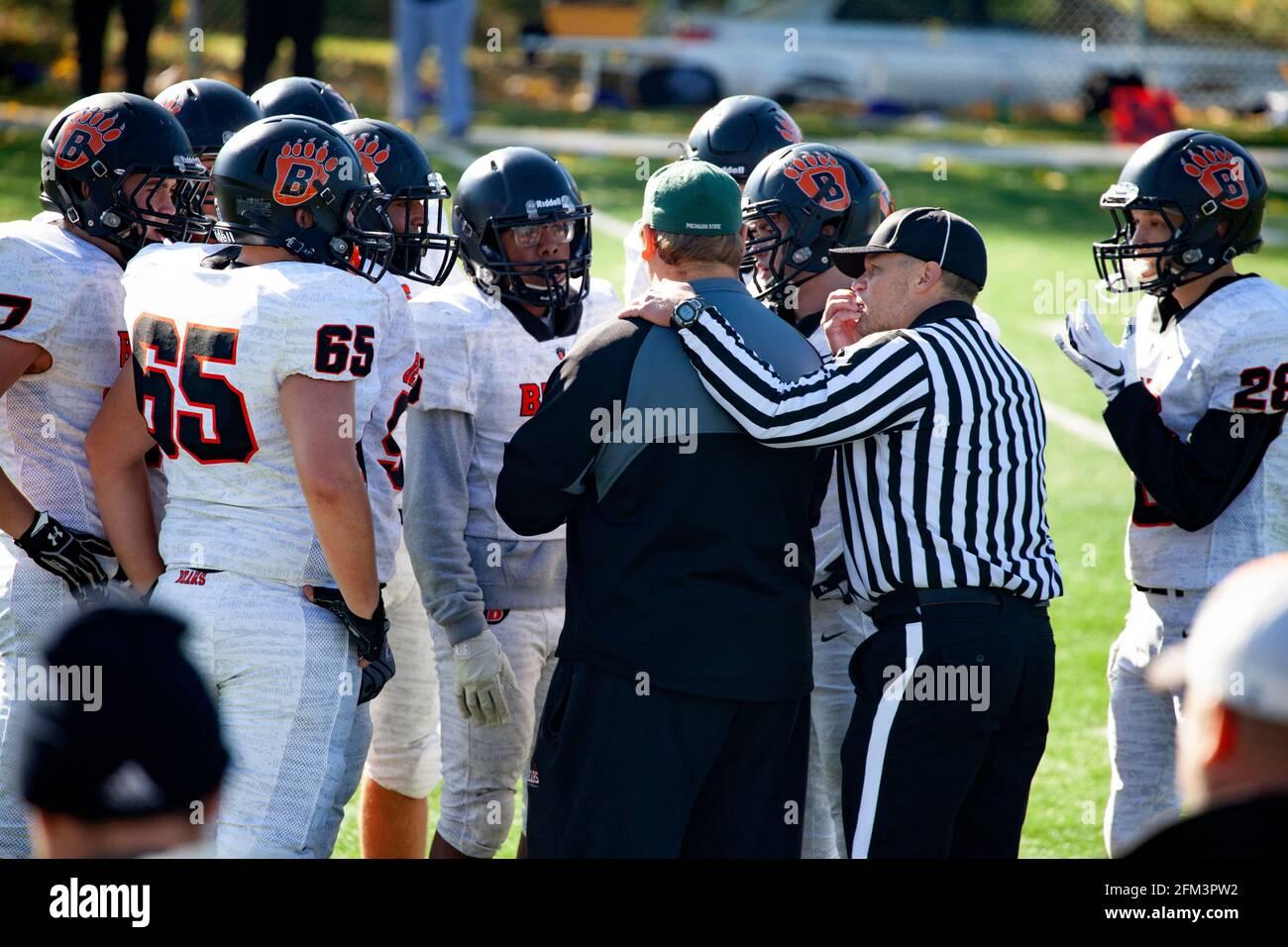 Árbitro del juego con el brazo en el hombro del entrenador Discuta el juego con el equipo de fútbol durante el descanso del juego en el campo. St Paul Minnesota MN EE.UU Foto de stock