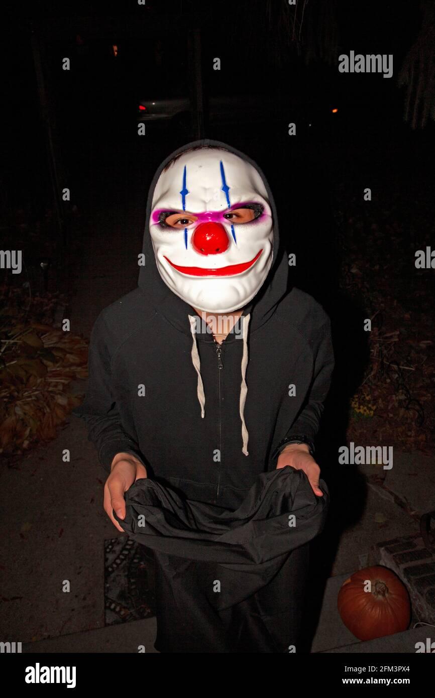 Disfrazada truco de Halloween o treater usando la máscara del bromista. St Paul Minnesota MN EE.UU Foto de stock