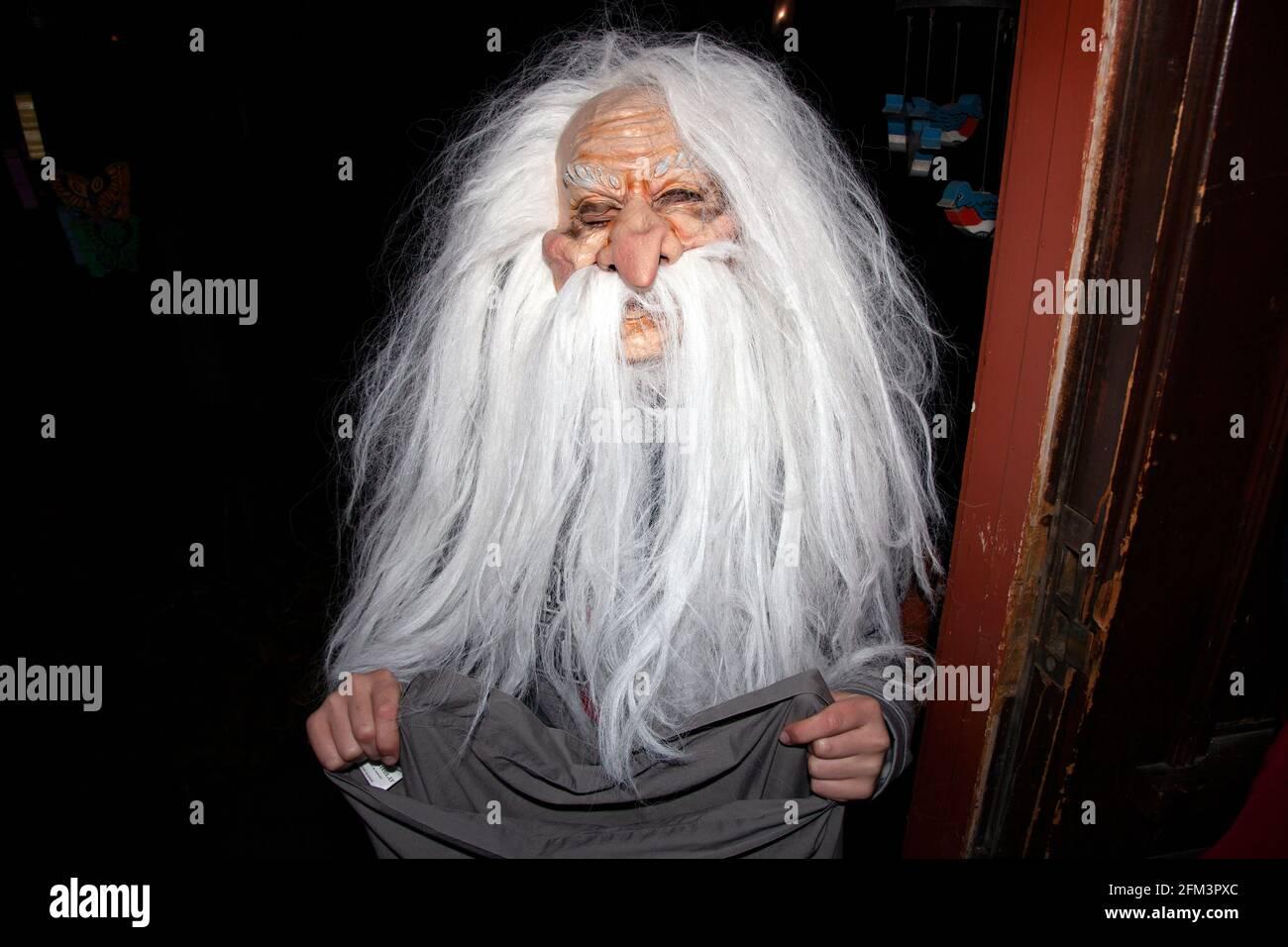 Truco de Halloween y el tratador usando un hombre muy viejo barbudo mago máscara. St Paul Minnesota MN EE.UU Foto de stock