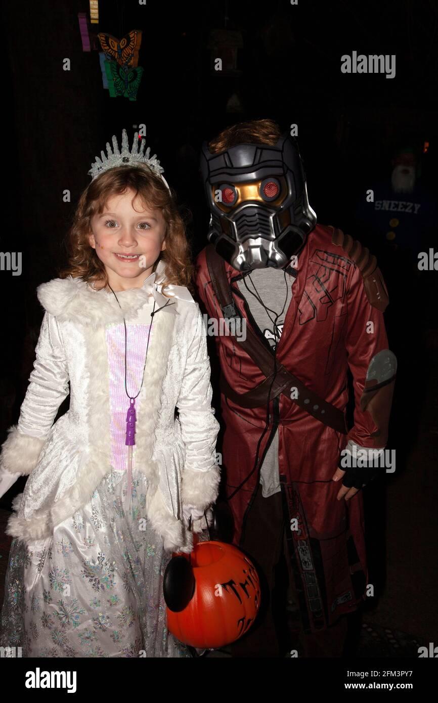 Truco de Halloween y tratadores como una princesa y un Señor-Estrella de los Guardianes de la Galaxia. St Paul Minnesota MN EE.UU Foto de stock