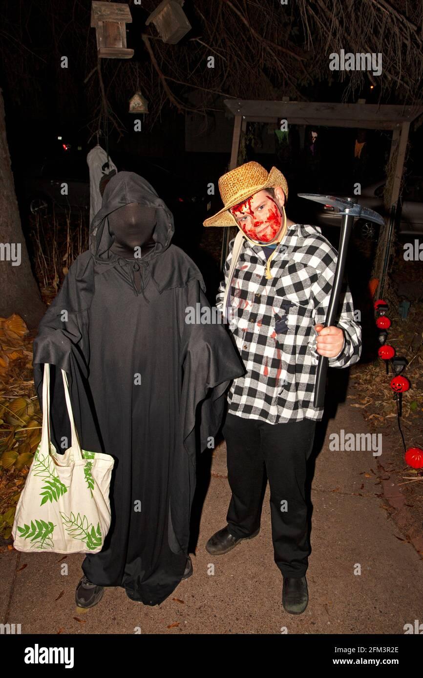 El truco y los tratantes de Halloween disfrazaron como un cowboy sangriento y la muerte caminante. St Paul Minnesota MN EE.UU Foto de stock