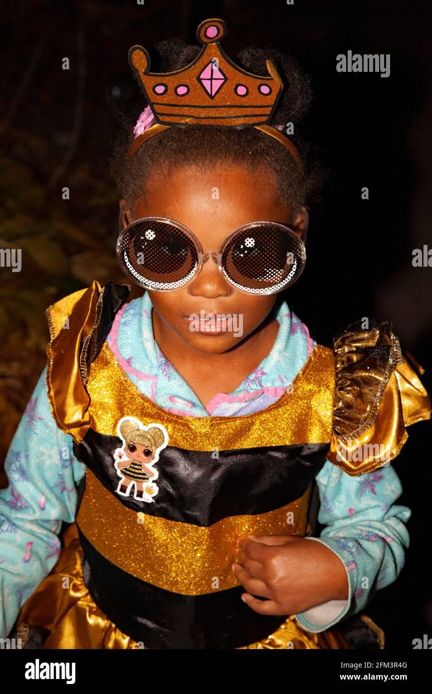 Joven truco de Halloween o treater disfrazados de oro como una princesa con grandes gafas de sol. St Paul Minnesota MN EE.UU Foto de stock