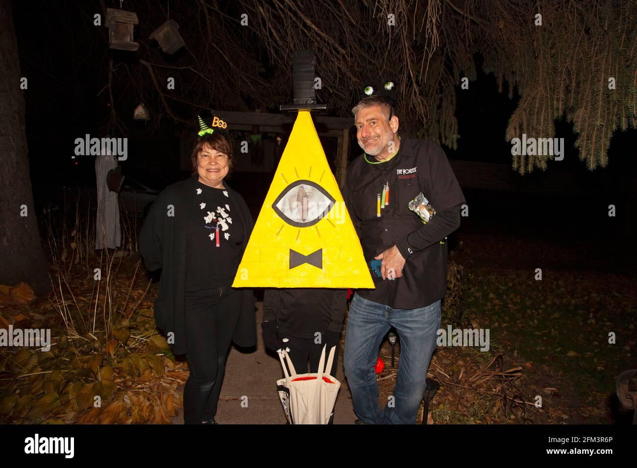 Halloween truco y traje de treater vestirse como Bill Cypher con los padres felices de escardar. St Paul Minnesota MN EE.UU Foto de stock
