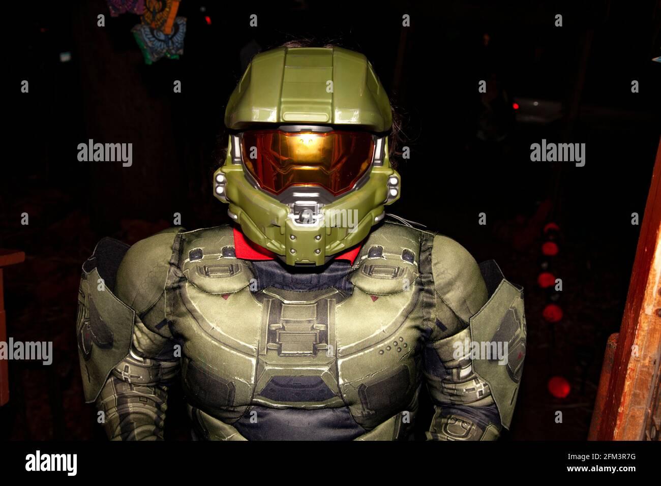 Truco de Halloween y tratador en un traje auténtico Halo Master Chief. St Paul Minnesota MN EE.UU Foto de stock