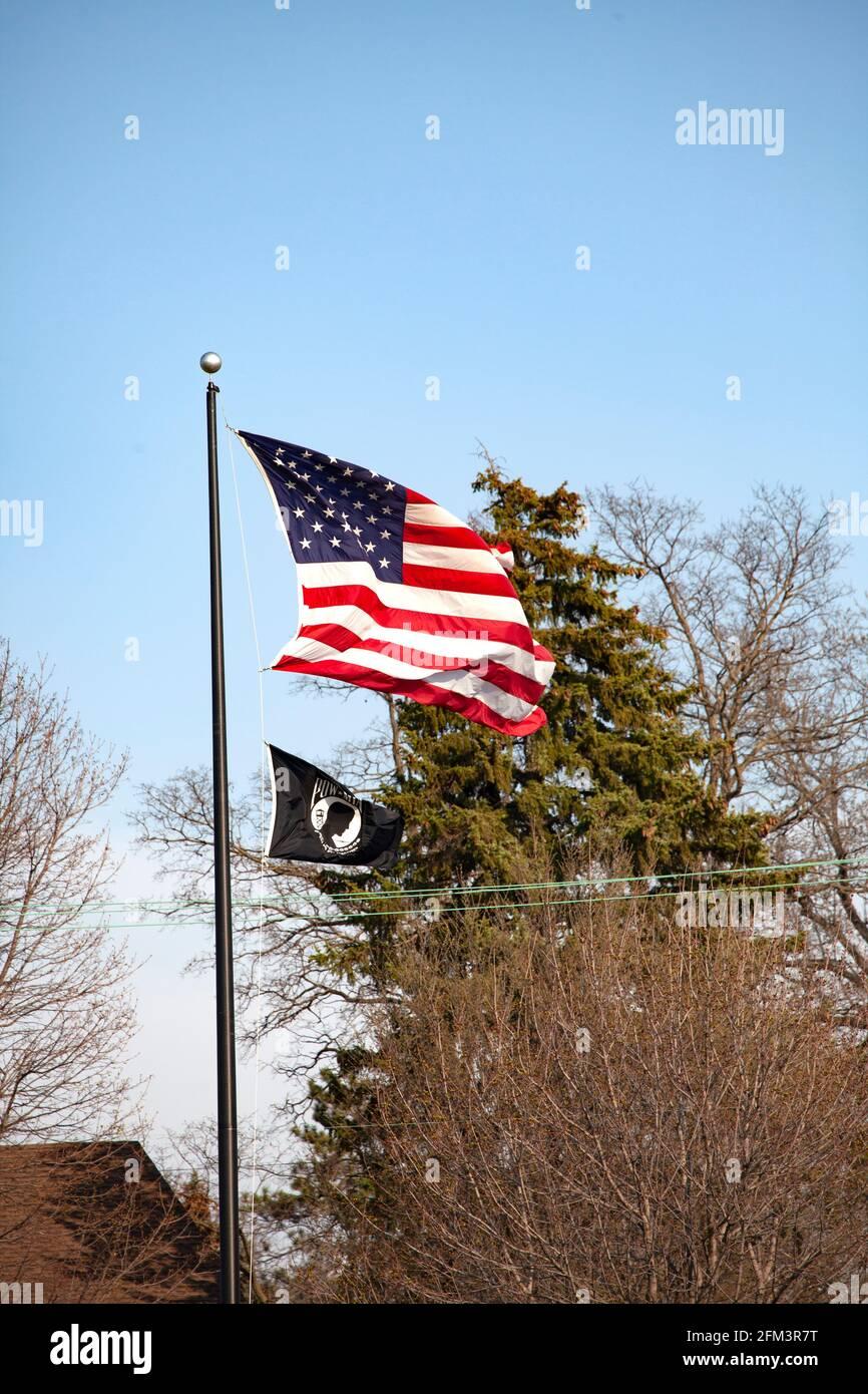 Bandera americana y bandera de POW soplando en el viento. St Paul Minnesota MN EE.UU Foto de stock