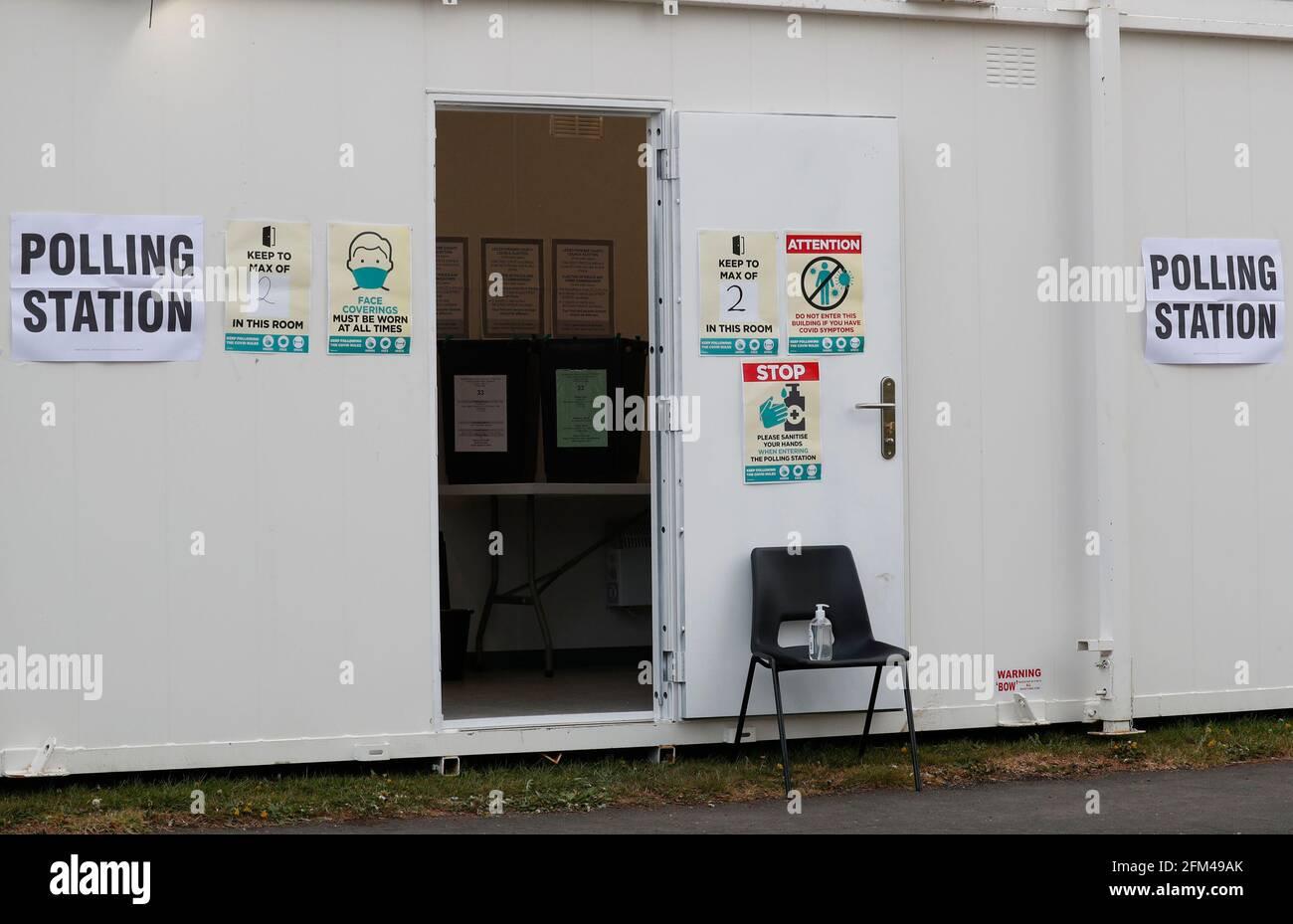 Shepshed, Leicestershire, Reino Unido. 6th de mayo de 2021. El equipo de desinfección se sienta en una silla fuera de una mesa electoral en una unidad móvil durante las elecciones locales. Millones de personas en toda Gran Bretaña emigran una votación el jueves en el mayor número de votos desde las elecciones generales de 2019. Credit Darren Staples/Alamy Live News. Foto de stock