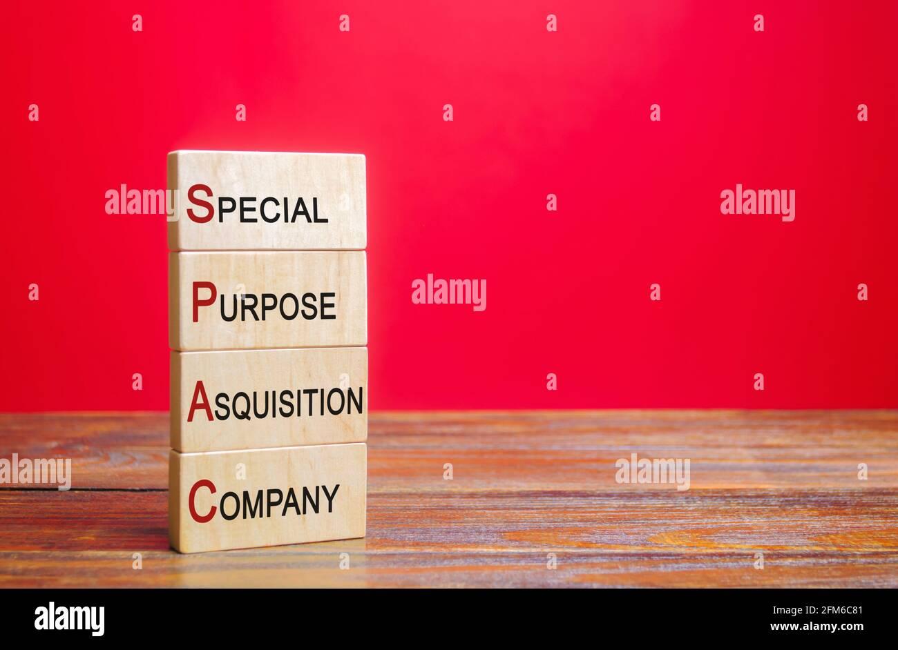 Bloques de madera con la palabra SPAC - Empresa de adquisición de propósito especial. Lista simplificada de la empresa, fusión pasando por alto la OPI de la bolsa de valores. Evaluación Foto de stock