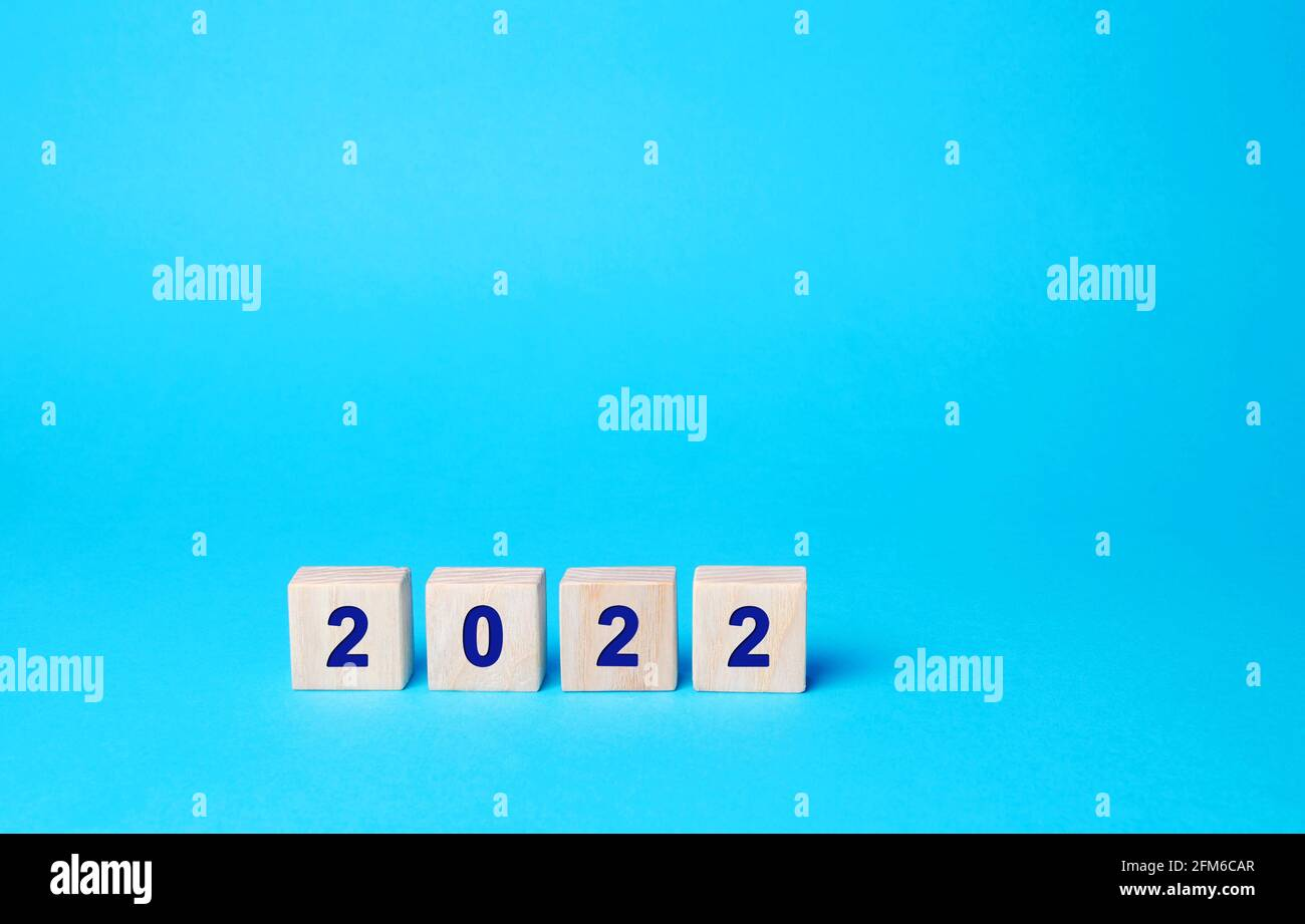 Bloques de madera con la inscripción 2022. Establecer metas y objetivos para el nuevo año. Concepto de planificación, gestión empresarial y estrategia. Tendencias y. Foto de stock