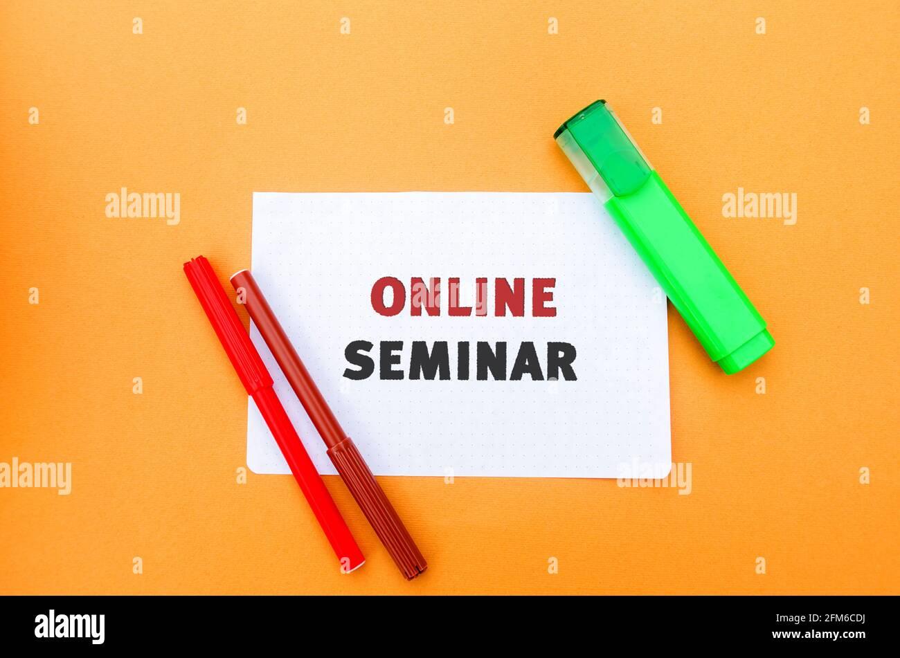 Una nota con la inscripción Seminario en línea. Tipo de conferencia web, que celebra reuniones en línea o presentaciones a través de Internet. Webcasts y web Foto de stock