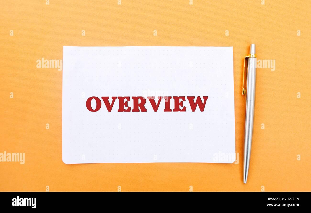 Una nota con la inscripción Descripción general y un bolígrafo. Revisión, idea general. Descripción general del plan de negocio. Concepto de negocio. Presentación, informe Foto de stock