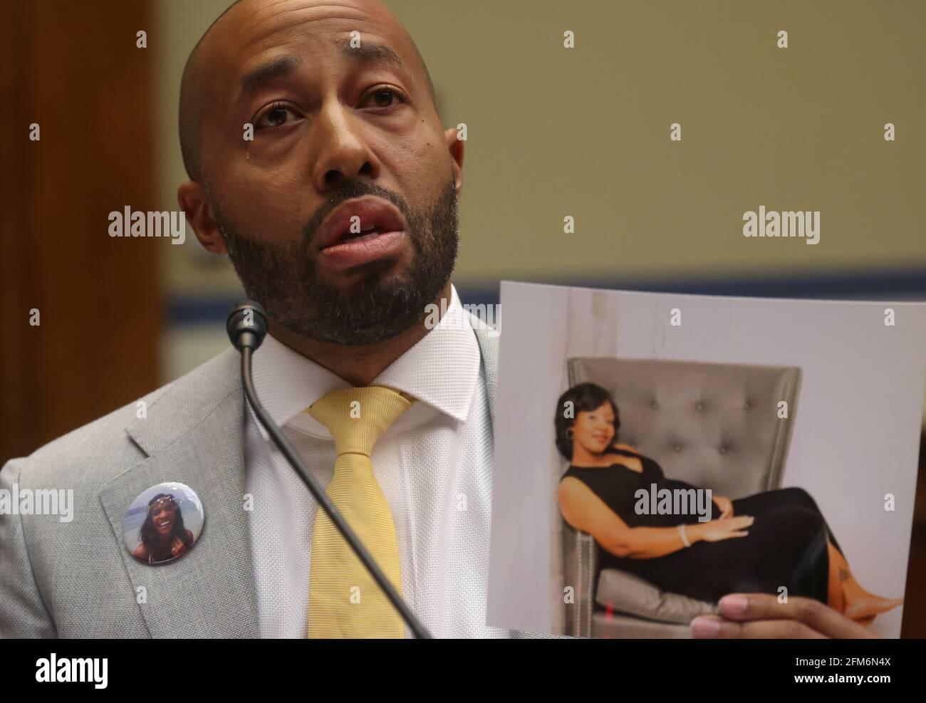 Charles Johnson, esposo de Kira Johnson y fundador de 4Kira4Moms, arroja una lágrima mientras testifica sobre la pérdida de su esposa durante una cesárea de rutina y habla sobre otras mujeres perdidas durante el parto durante una audiencia híbrida del Comité de Supervisión y Reforma de la Casa titulada, 'Birthing When Black: Examinando la crisis de la salud materna negra de Estados Unidos' en Capitol Hill en Washington, EE.UU., 6 de mayo de 2021. REUTERS/Leah Milis Foto de stock