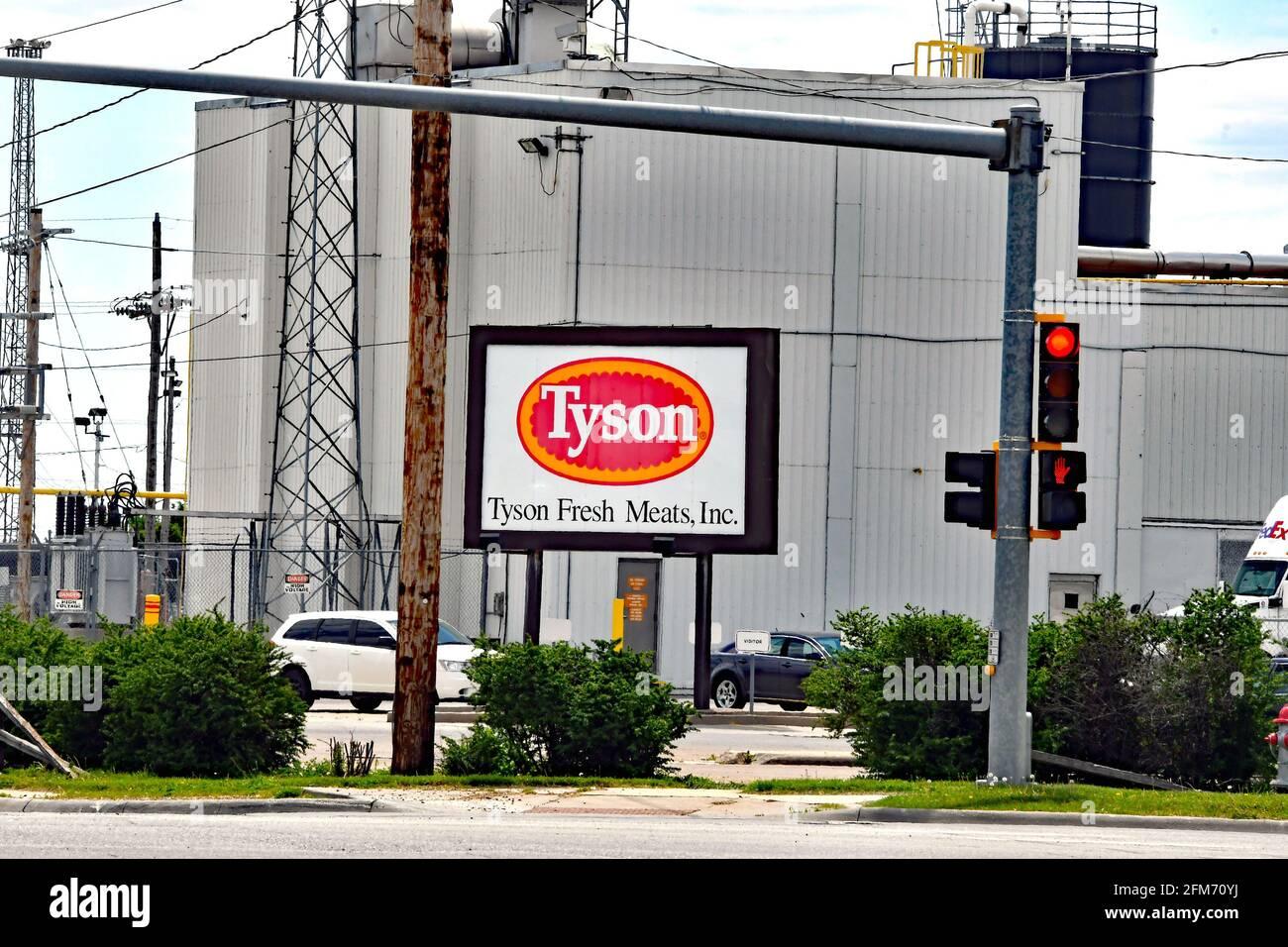 Emporia, KS, EE.UU. 6th de mayo de 2021. Vista de una planta de carnes frescas de Tyson en Emporia Kansas, 6 DE MAYO de 2021. Crédito: Mark Reinstein/Media Punch/Alamy Live News Foto de stock