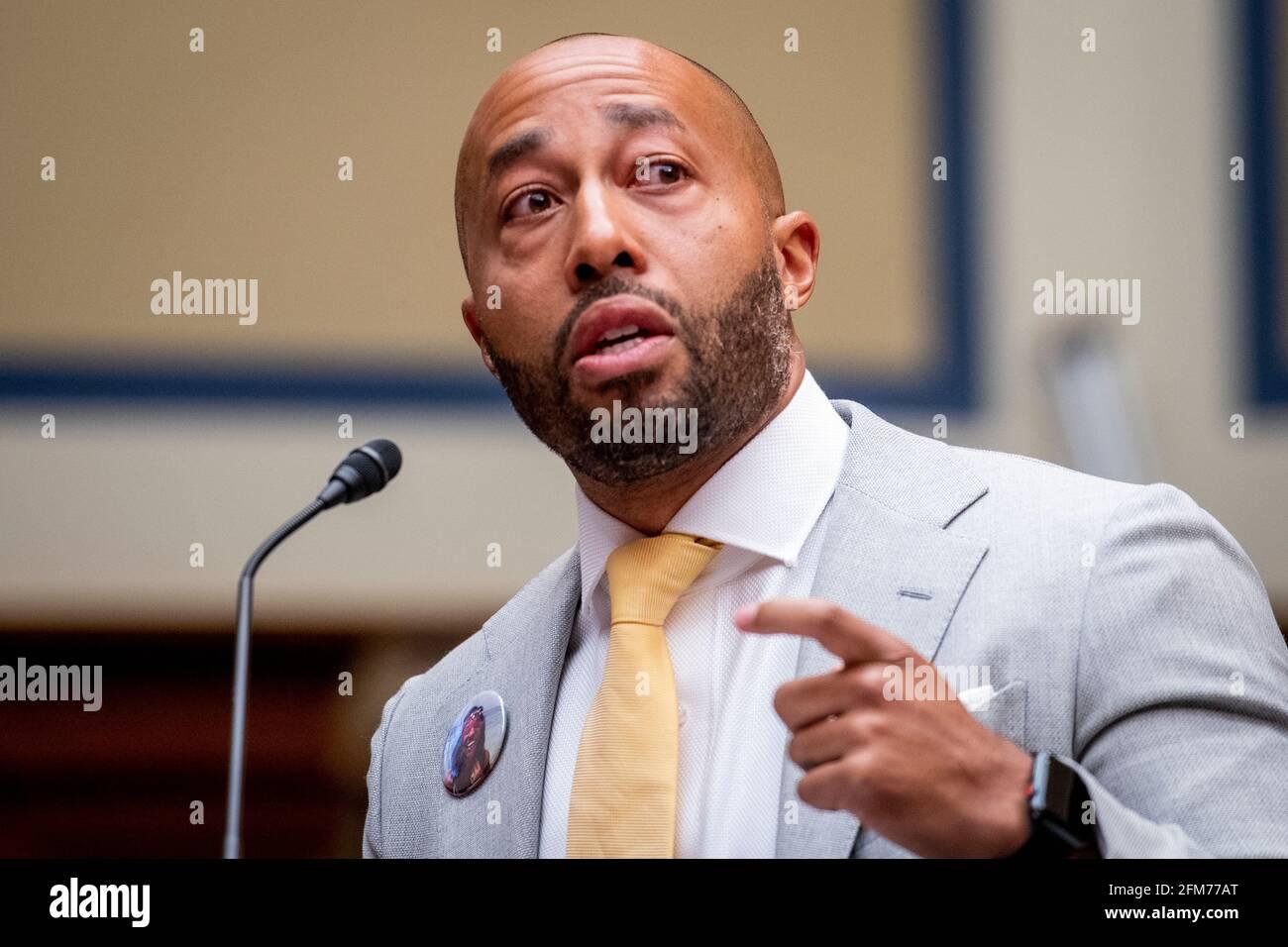 """Charles Johnson, esposo del difunto Kira Johnson y fundador de 4Kira4Moms, testifica sobre perder a su esposa durante una rutina c-sección, como él aparece para un Comité de la Cámara de Supervisión y Reforma que oye """"birthing while Black: Examinando las Américas Crisis de Salud Materna Negra"""" en el Edificio de la Oficina de Rayburn House en Washington, DC, jueves, 6 de mayo de 2021. Crédito: Rod Lamkey/CNP /MediaPunch Foto de stock"""