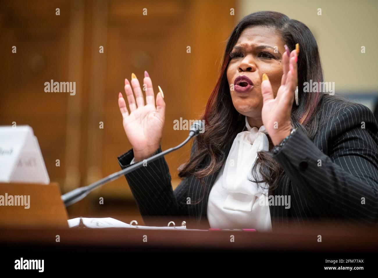 """El Representante de los Estados Unidos, Cori Bush (Demócrata de Missouri), comparece ante una audiencia del Comité de Supervisión y Reforma de la Cámara de Representantes """"Birthing While Black: Examining Americas Black Maternal Health Crisis"""" en el edificio de oficinas de Rayburn House en Washington, DC, jueves, 6 de mayo de 2021. Crédito: Rod Lamkey/CNP /MediaPunch Foto de stock"""
