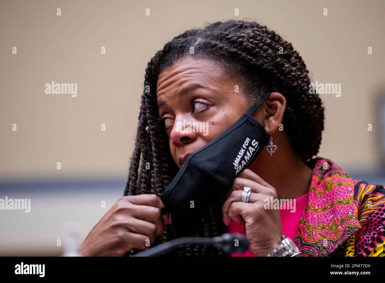 """Joia Adele Crear-Perry, M.D., FACOG, Fundadora y Presidenta de la National Birth Equity Collaborative, escucha la emotiva declaración de apertura de Charles Johnson, esposo de la difunta Kira Johnson y Fundador de 4Kira4Moms cuando aparecen ante un Comité de Supervisión y Reforma de la Cámara de Representantes oyendo """"Birthing While Black: Examinando las Américas Crisis de Salud Materna Negra"""" en el Edificio de la Oficina de Rayburn House en Washington, DC, jueves, 6 de mayo de 2021. Crédito: Rod Lamkey/CNP /MediaPunch Foto de stock"""