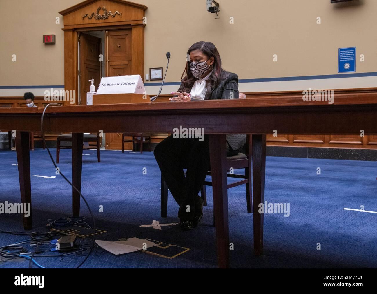 """Washington, Estados Unidos de América. 06th de mayo de 2021. El Representante de los Estados Unidos, Cori Bush (Demócrata de Missouri), comparece ante una audiencia del Comité de Supervisión y Reforma de la Cámara de Representantes """"Birthing While Black: Examining Americas Black Maternal Health Crisis"""" en el edificio de oficinas de Rayburn House en Washington, DC, jueves, 6 de mayo de 2021. Crédito: Rod Lamkey/CNP/Sipa USA Crédito: SIPA USA/Alamy Live News Foto de stock"""