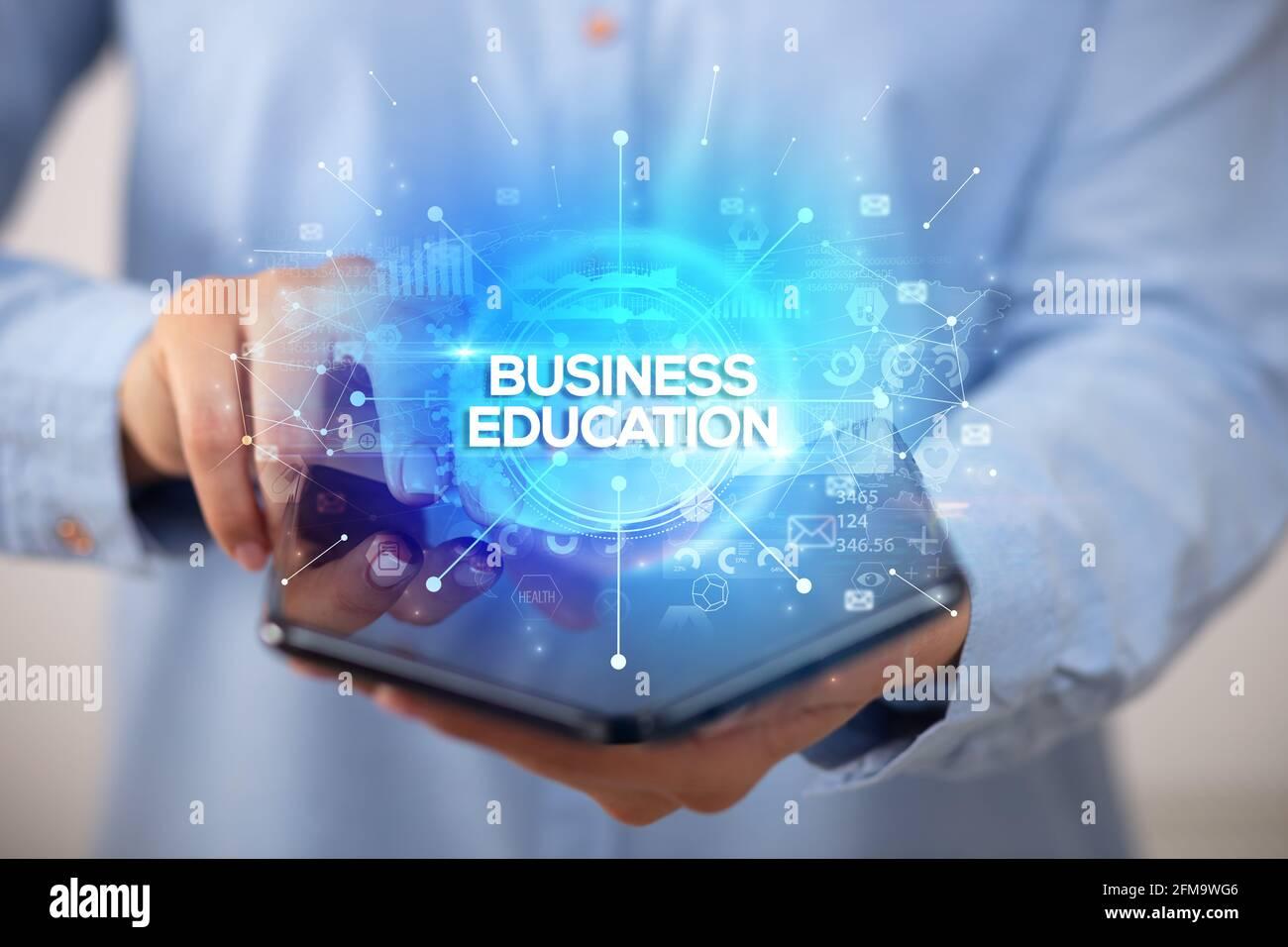 Hombre de negocios con un smartphone plegable, nuevo concepto empresarial Foto de stock