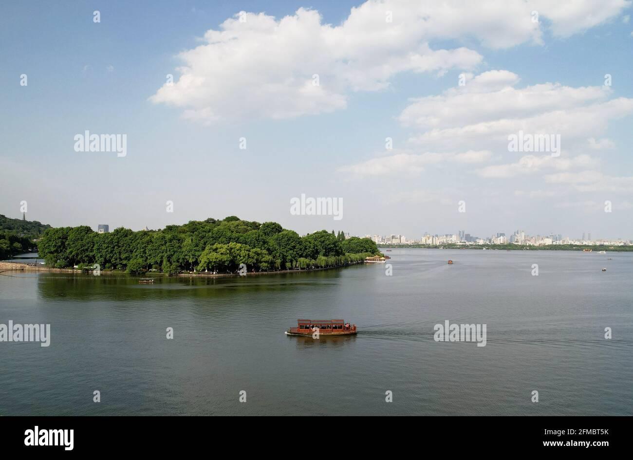 Hangzhou. 7th de mayo de 2021. Foto aérea tomada el 7 de mayo de 2021 muestra una vista de la zona escénica del Lago Oeste en Hangzhou, capital de la provincia de Zhejiang en China oriental. Crédito: Long Wei/Xinhua/Alamy Live News Foto de stock