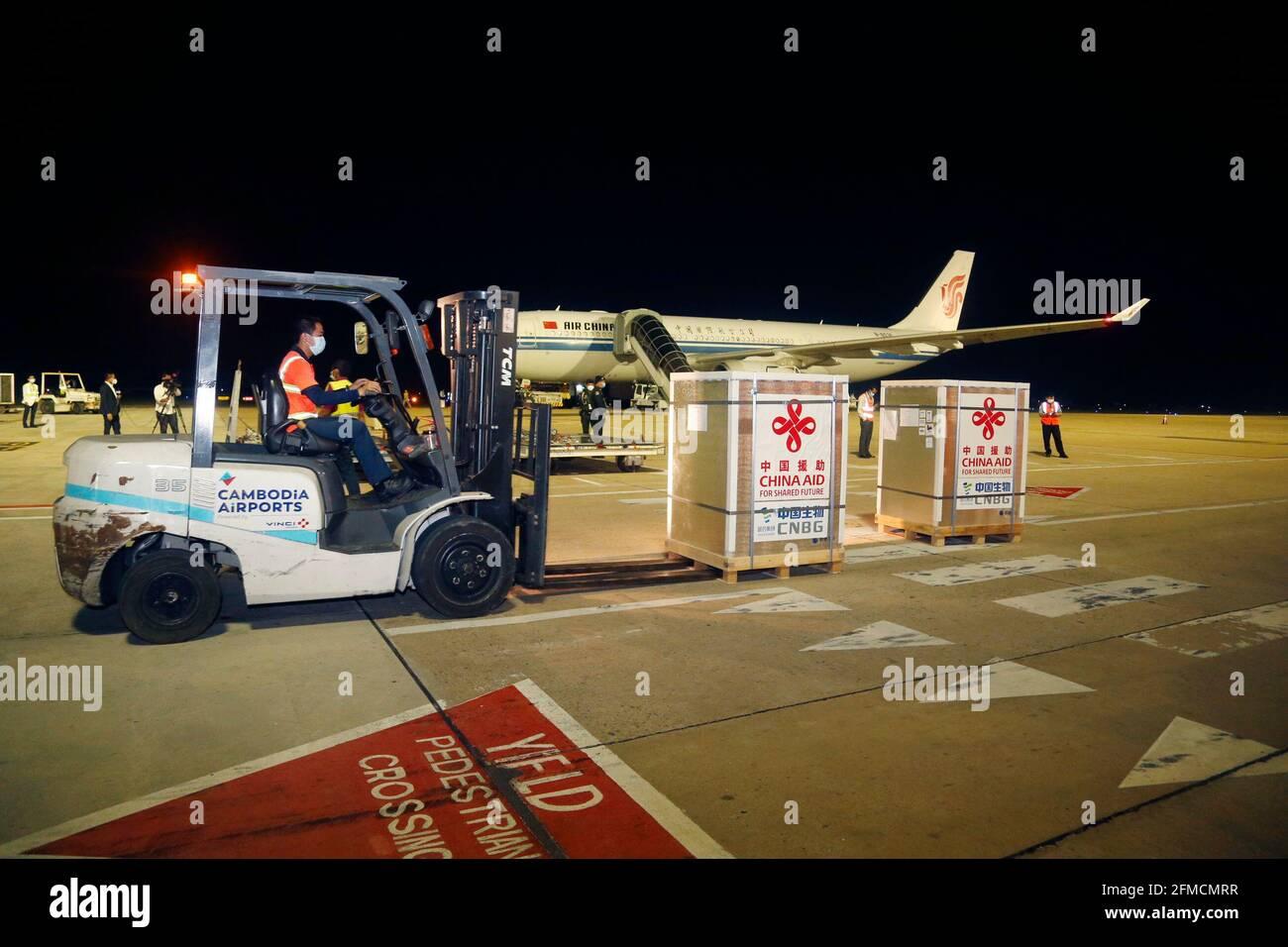 (210508) -- BEIJING, 8 de mayo de 2021 (Xinhua) -- UN trabajador transporta la vacuna Sinopharm COVID-19 en el Aeropuerto Internacional de Phnom Penh, Camboya, 28 de abril de 2021. (Foto por Phearum/Xinhua) Foto de stock