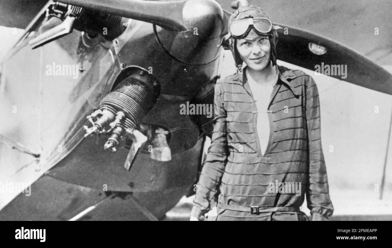 AMELIA EARHART (1897-1937) Pioneer American aviator en Newfoundland con su biplano 'Friendship' en junio de 1928 antes de su récord de vuelo a través de los Estados Unidos y de vuelta otra vez. Foto de stock