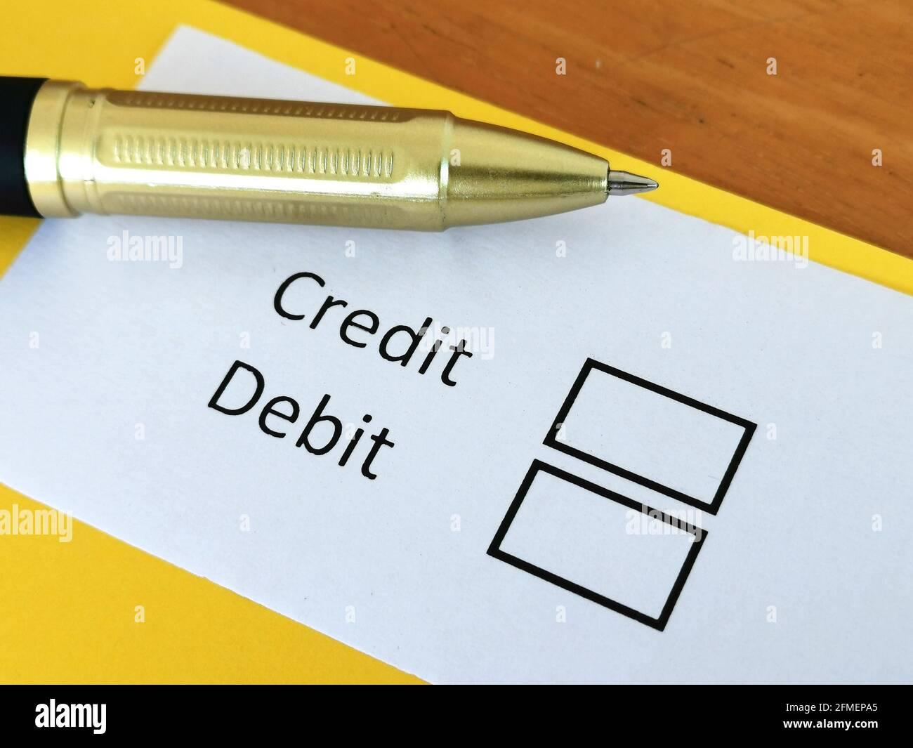 Una persona está respondiendo a la pregunta sobre crédito y débito. Foto de stock