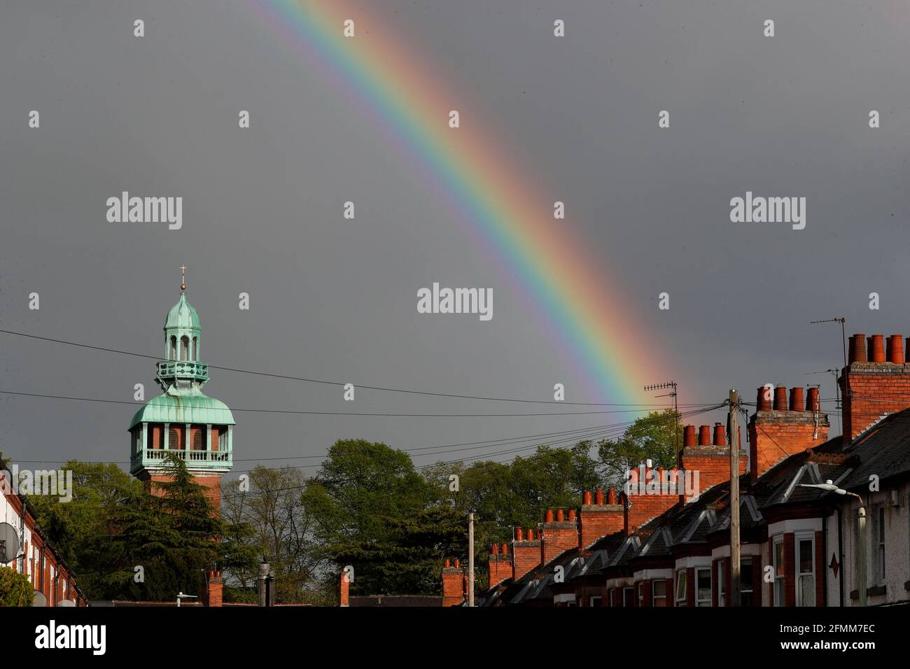 Loughborough, Leicestershire, Reino Unido. 10th de mayo de 2021. El tiempo en el Reino Unido. Un arco iris se forma sobre el Carillon después de la lluvia. Credit Darren Staples/Alamy Live News. Foto de stock