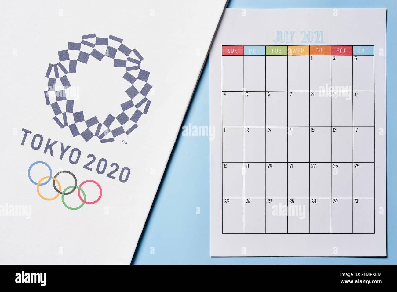 Tashkent, Uzbekistán - 4 de marzo de 2021: 2020 Logotipo de los Juegos Olímpicos de verano en la toalla blanca y calendario mensual de julio de 2021 Foto de stock