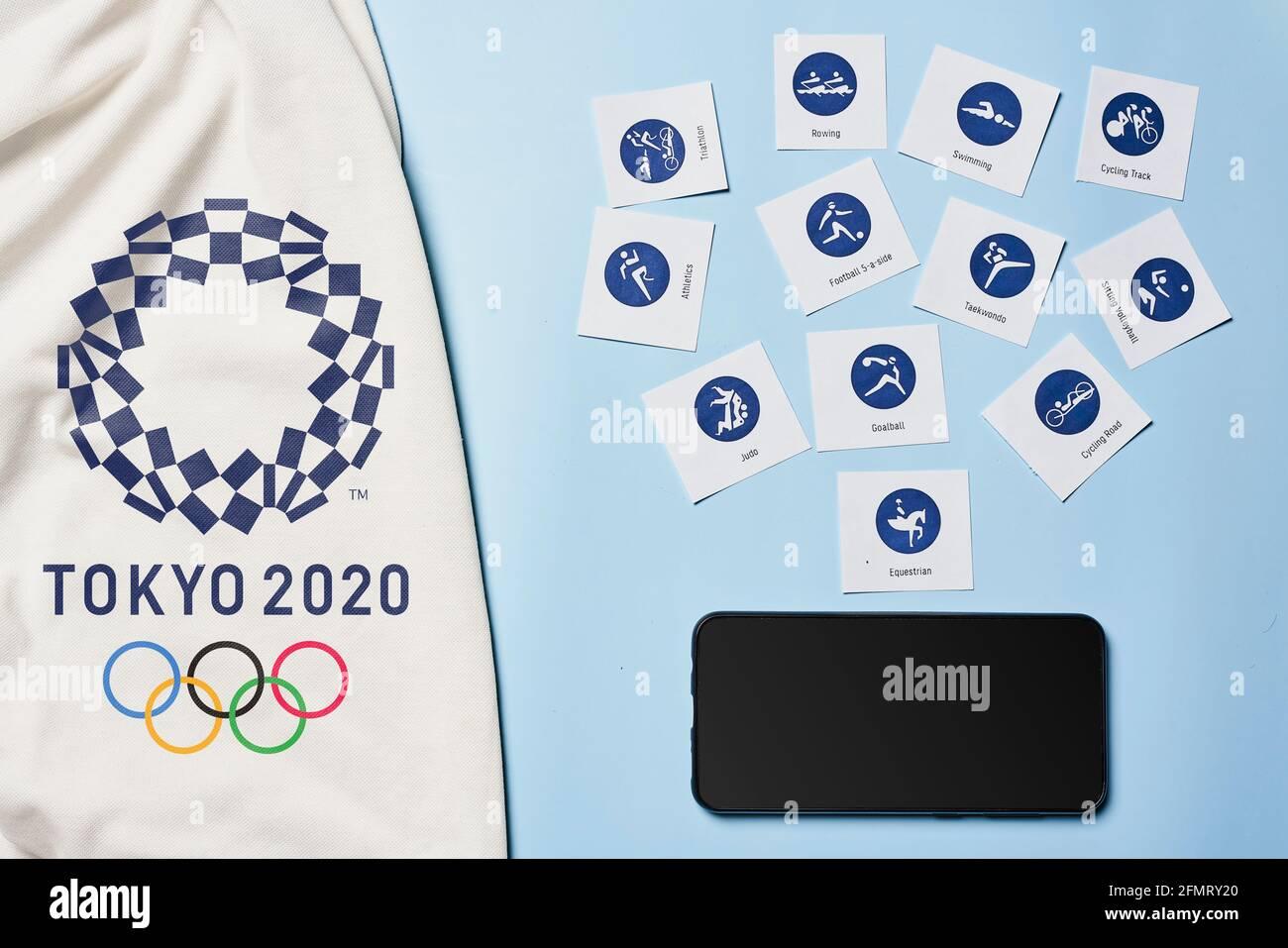 Tashkent, Uzbekistán - 4 de marzo de 2021: 2020 Pictogramas y smaprtphone de los Juegos Olímpicos de verano Foto de stock