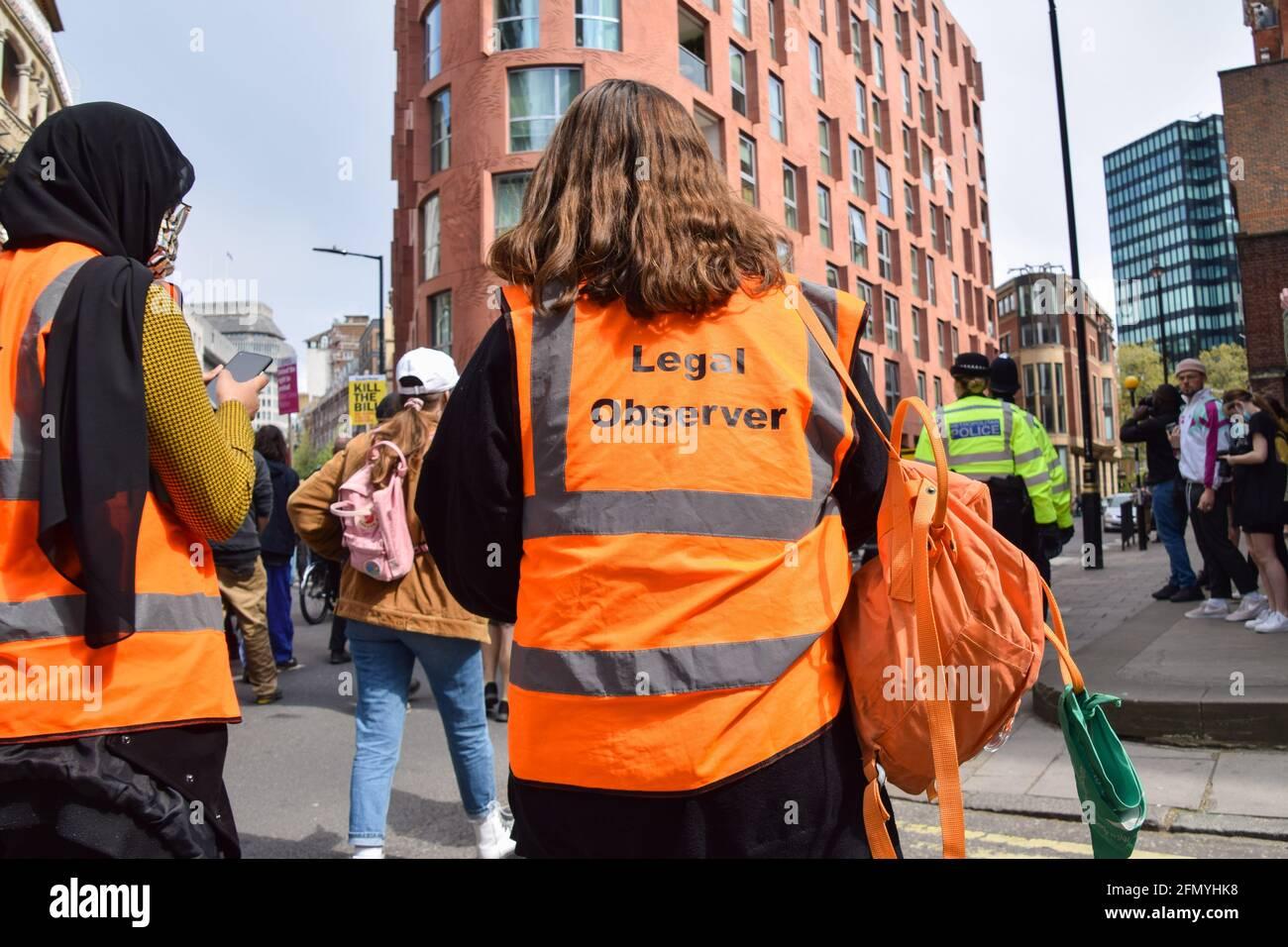 Londres, Reino Unido. 1st de mayo de 2021. Observadores legales en la protesta Kill the Bill. Miles de personas marcharon por el centro de Londres en protesta contra el proyecto de ley sobre la policía, el delito, las sentencias y los tribunales. Foto de stock