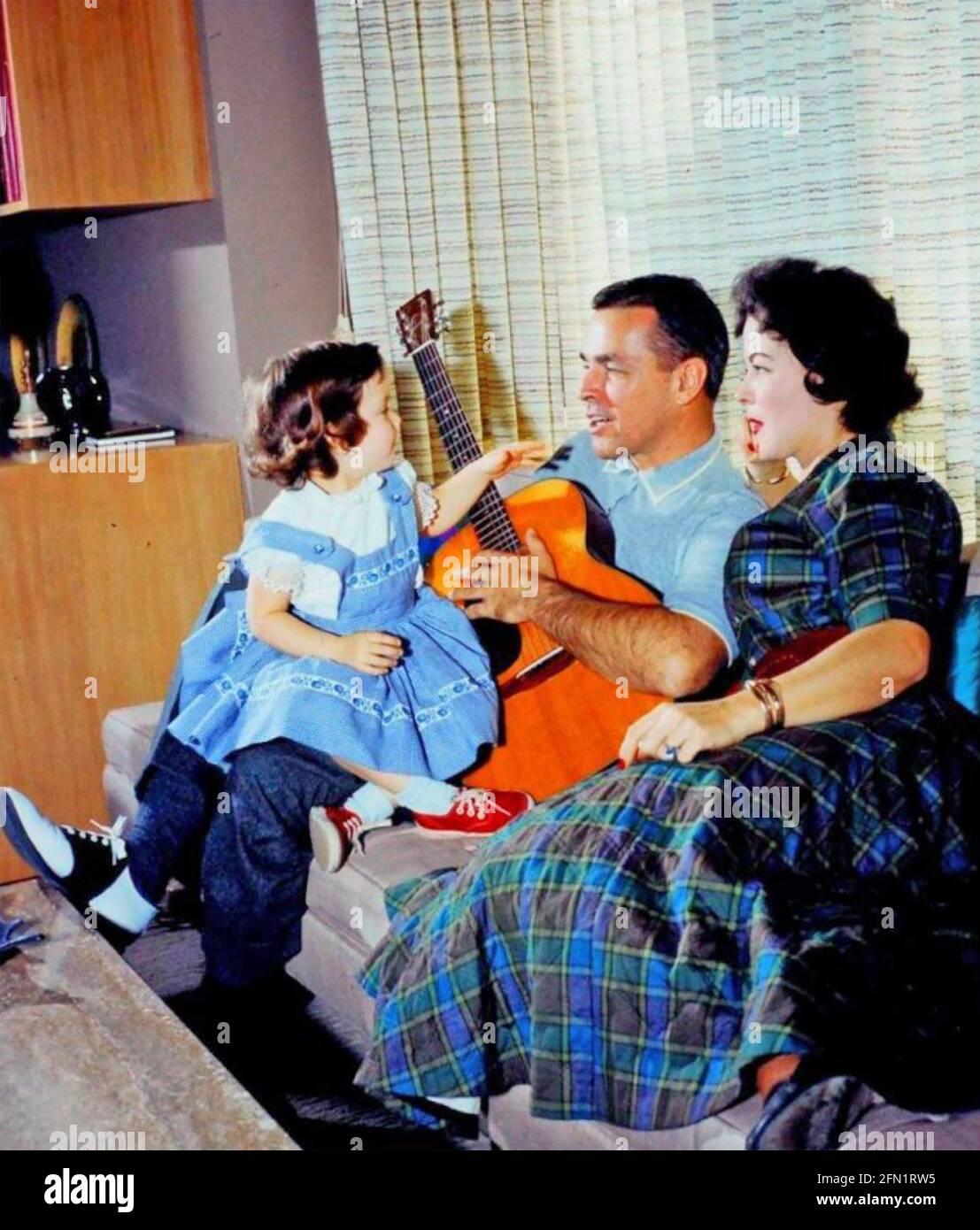 SHIRLEY TEMPLE (1928-2014) actriz cinematográfica estadounidense y posterior diplomática con Su segundo marido Charles Black y su hija Lori 1960 Foto de stock