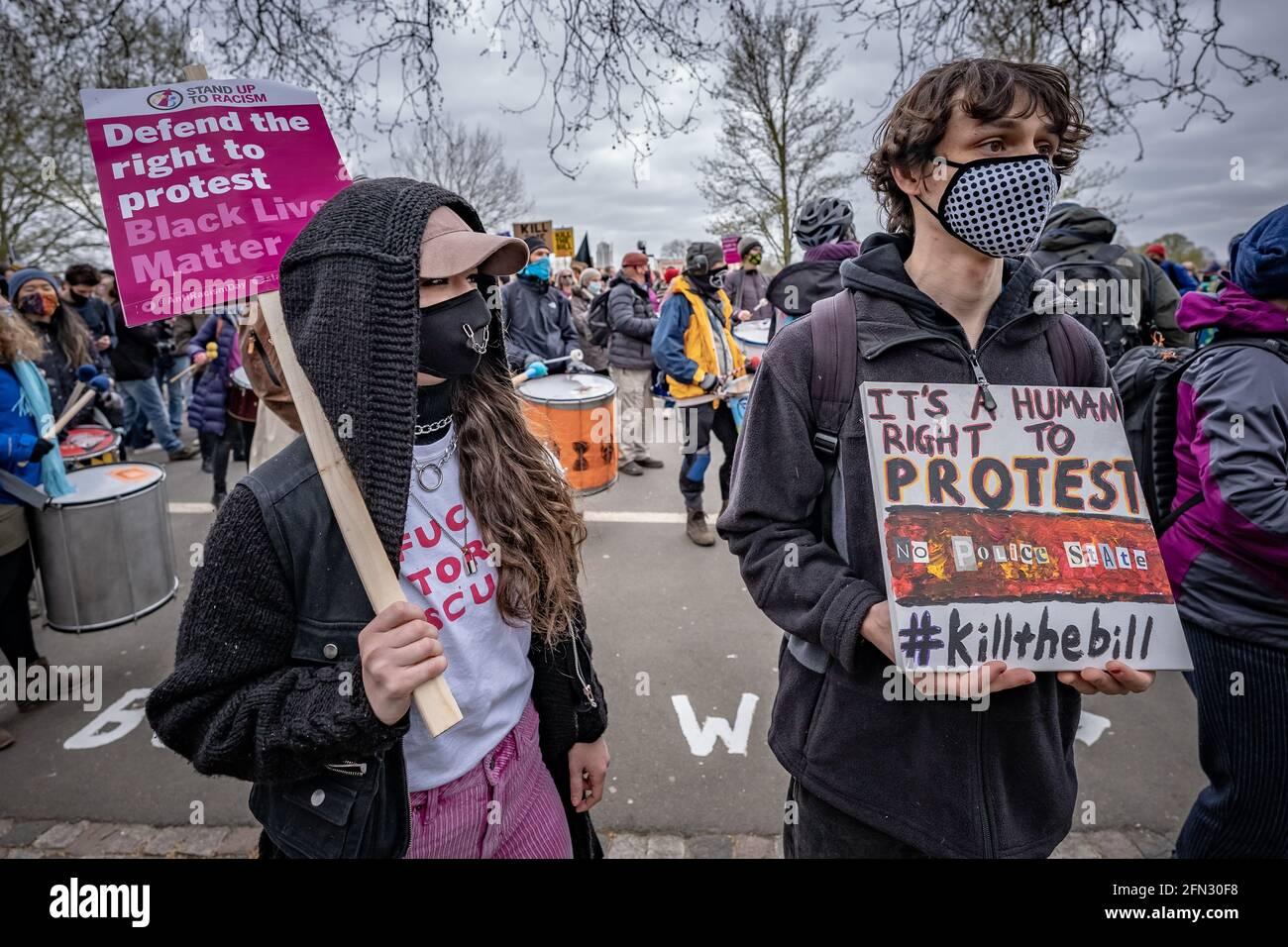 Matar la protesta de la ley. Miles de manifestantes se reúnen en Hyde Park para manifestarse en contra de una propuesta de ley de policía contra la delincuencia. Londres, Reino Unido Foto de stock
