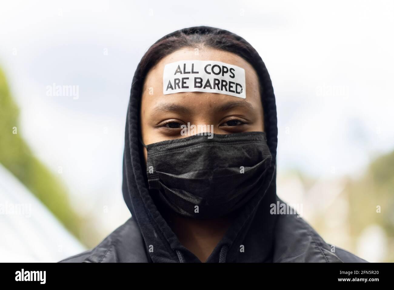 Protestador con pegatina antipolicial en la frente durante una protesta 'Kill the Bill' contra un nuevo proyecto de ley policial, Londres, 1 de mayo de 2021 Foto de stock