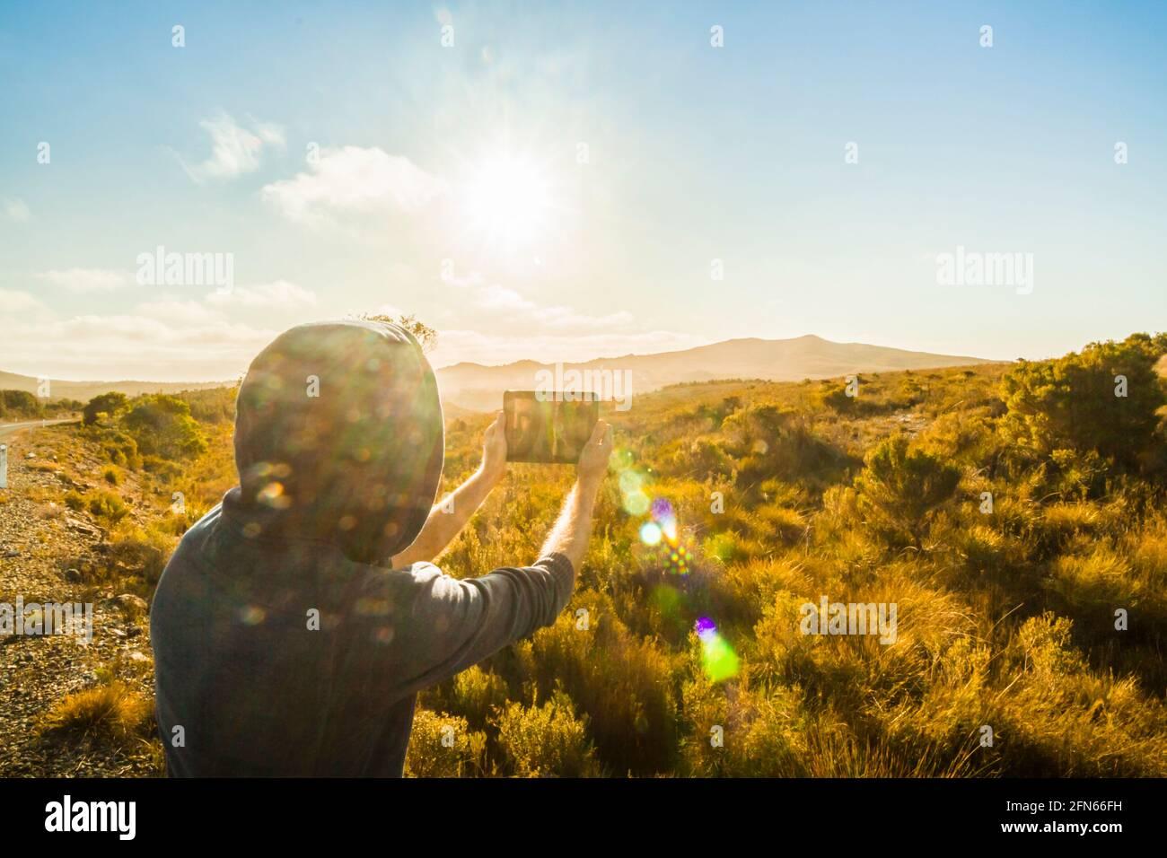 Fotografía de estilo de vida en viaje en un turista fotografiando el salvaje oeste de Tasmania con un tablet. Tullah, Australia Foto de stock