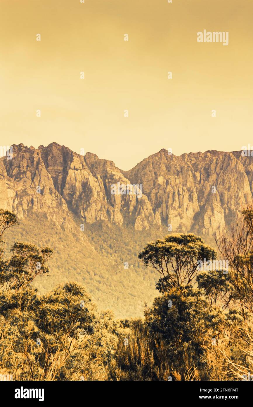 Rusic paisaje antiguo del Outback de una vista de montaña de Tasmania desde Un árbol claro del Monte Read situado en el robusto costa oeste de la ciudad Foto de stock