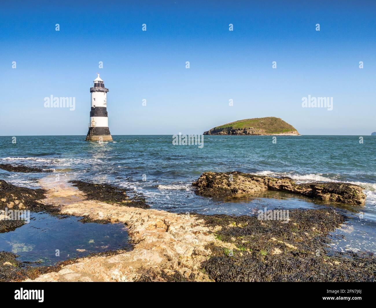 Faro Penmon e Isla Puffin, Anglesey, Gales del Norte. Foto de stock